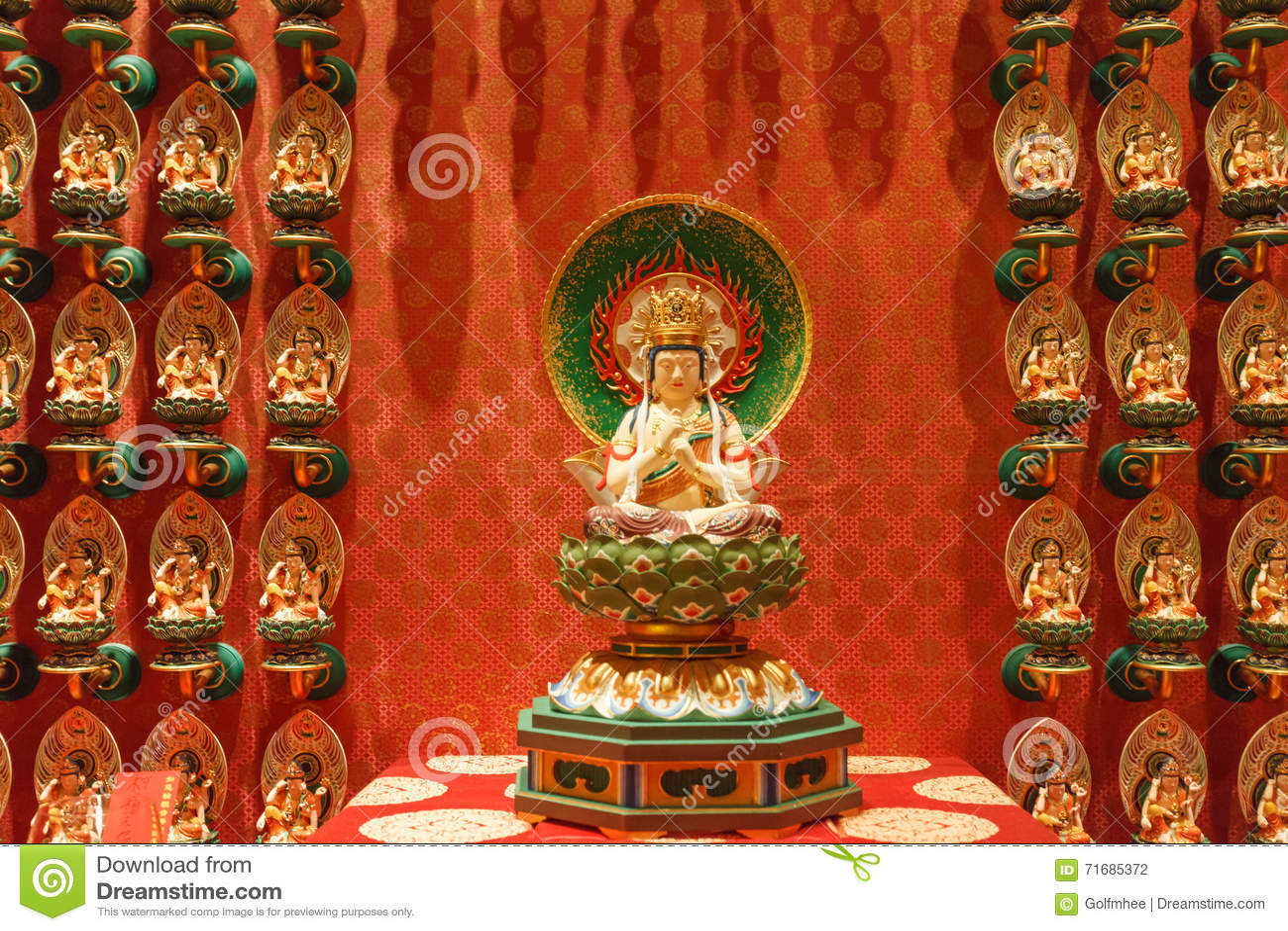 SINGAPORE/SINGAPORE - 27 MAR, 2014: Czerwona Chińska świątynia, Buddha
