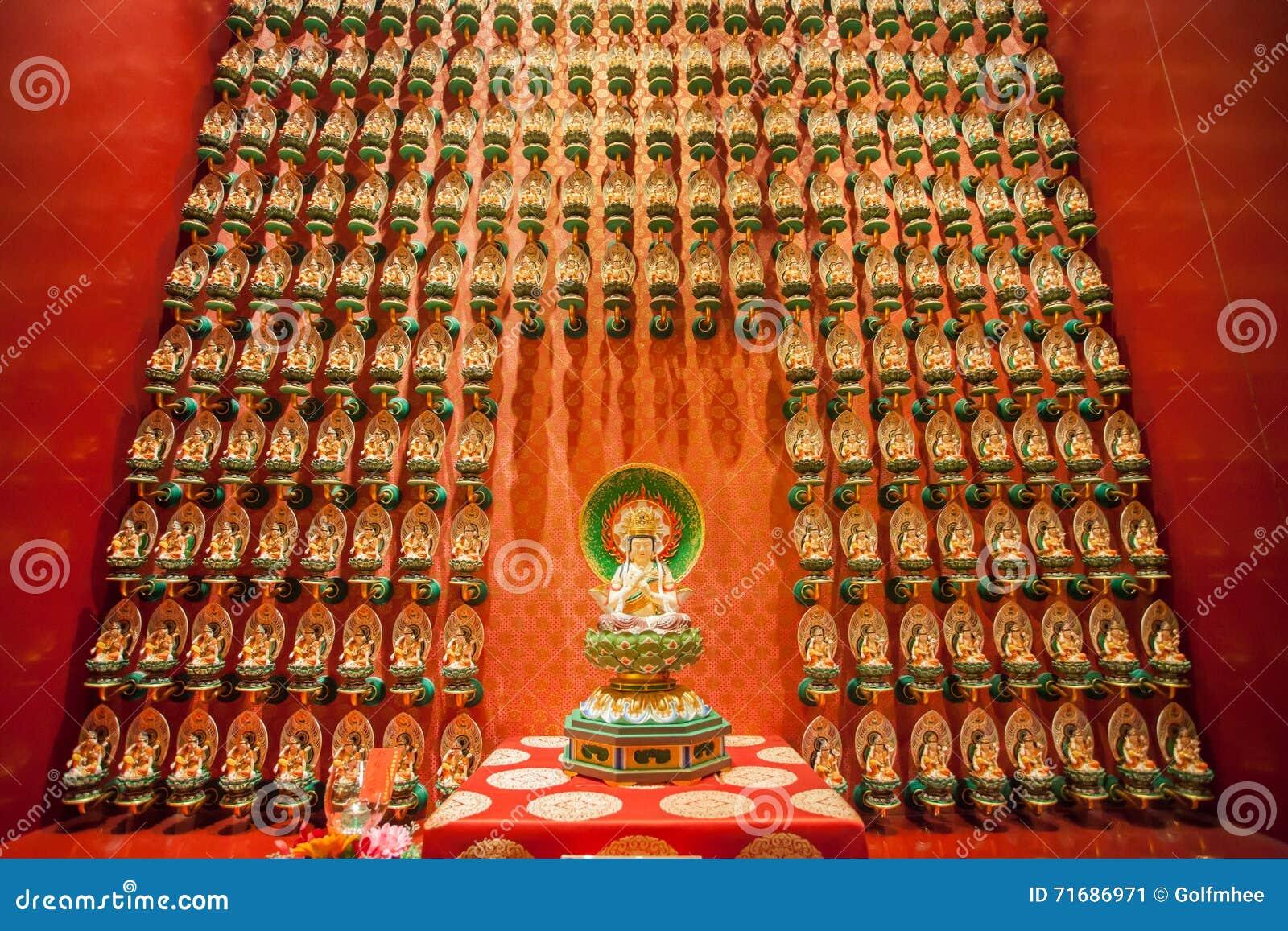 SINGAPORE/SINGAPORE - 27 MARS, 2014: Röd kinesisk tempel, Buddha