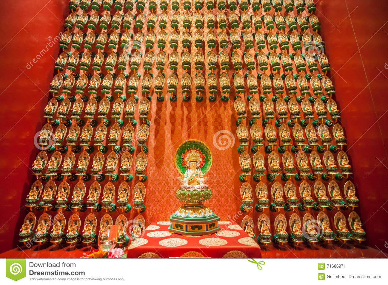 SINGAPORE/SINGAPORE - 27 MARS 2014 : Temple chinois rouge, Bouddha