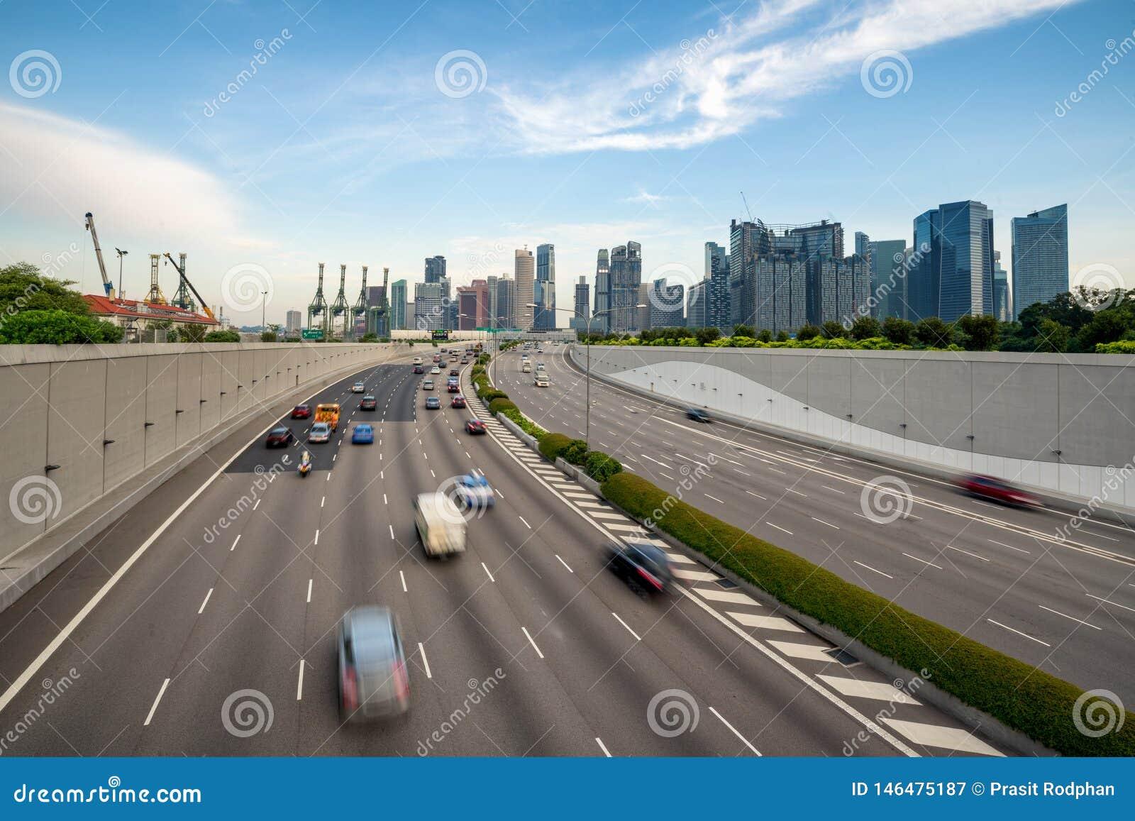Singapore stad, marinafjärdfinans och handelzon med trafik i stad i morgon på Singapore askfat