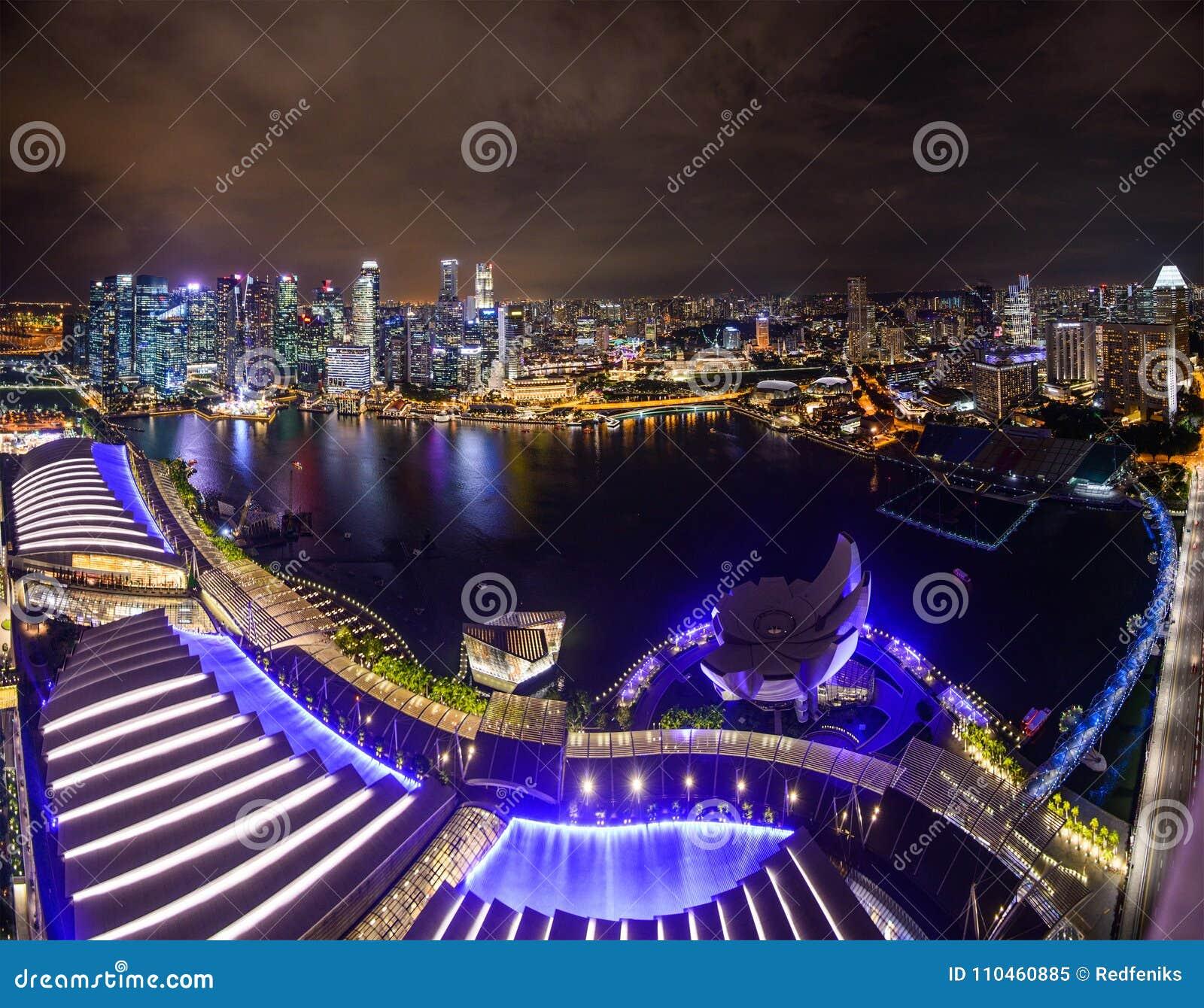 Singapore stadshorisont på den Marina Bay sikten från den Singapore reklambladet på natten