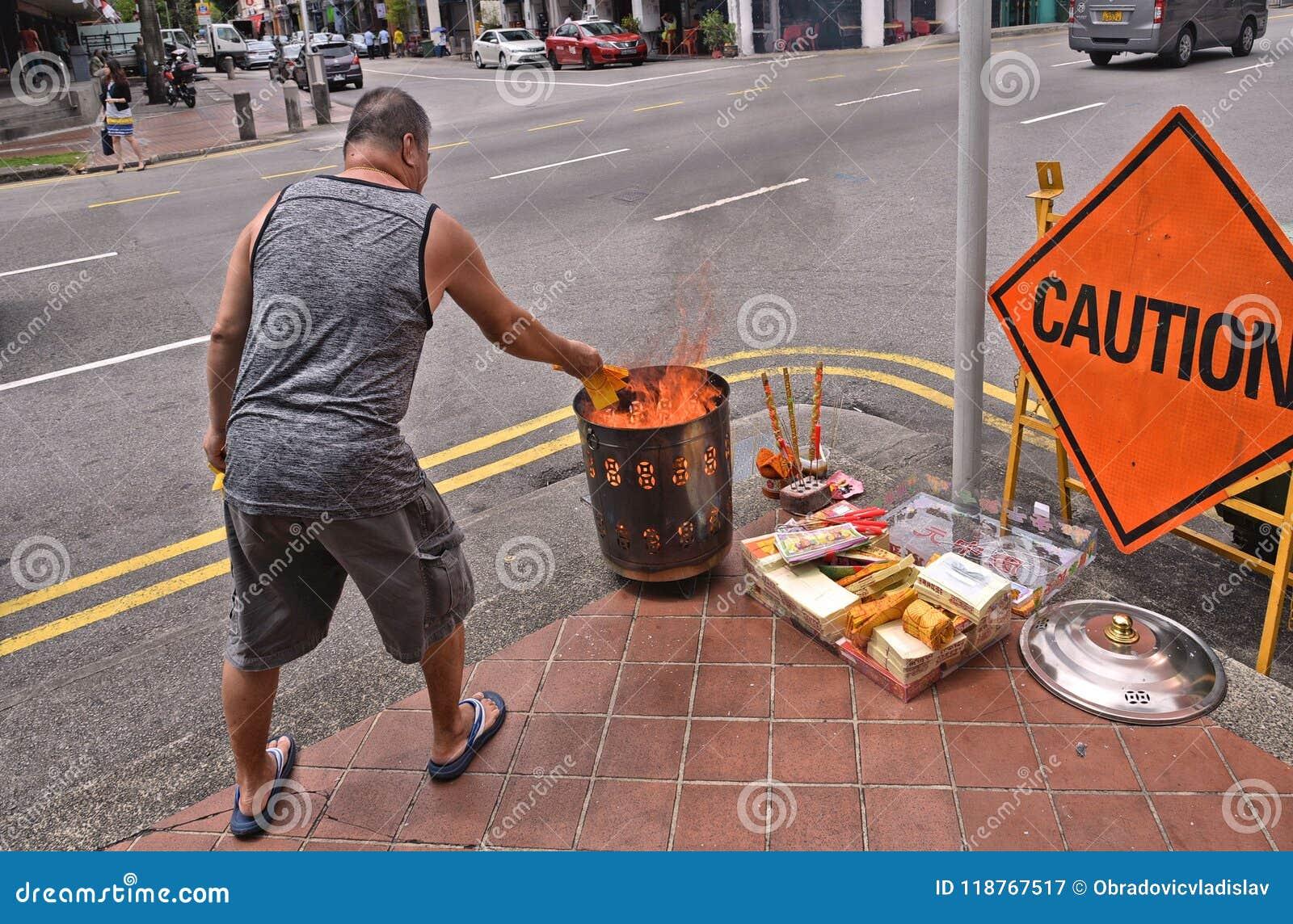 Singapour 28 08 2017 - Homme avec brûlant sacrificatoire et l offre sur la rue sur le festival d esprit de festival de Ghost de C