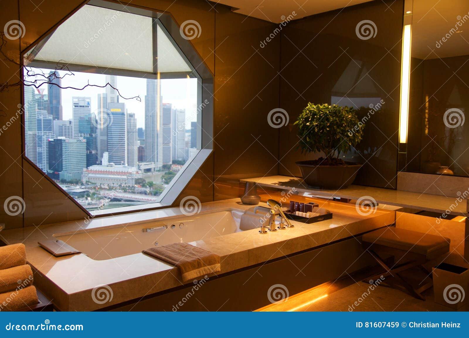 SINGAPOUR - 23 juillet 2016 : chambre d hôtel de luxe avec l intérieur moderne, beau grand marbre de salle de bains