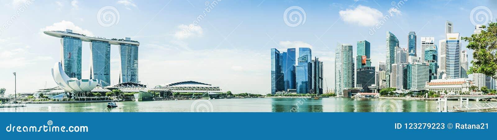 SINGAPUR - APRIL 7,2017: Panoramabild von Marina Bay Sands und von Finanzzentrum