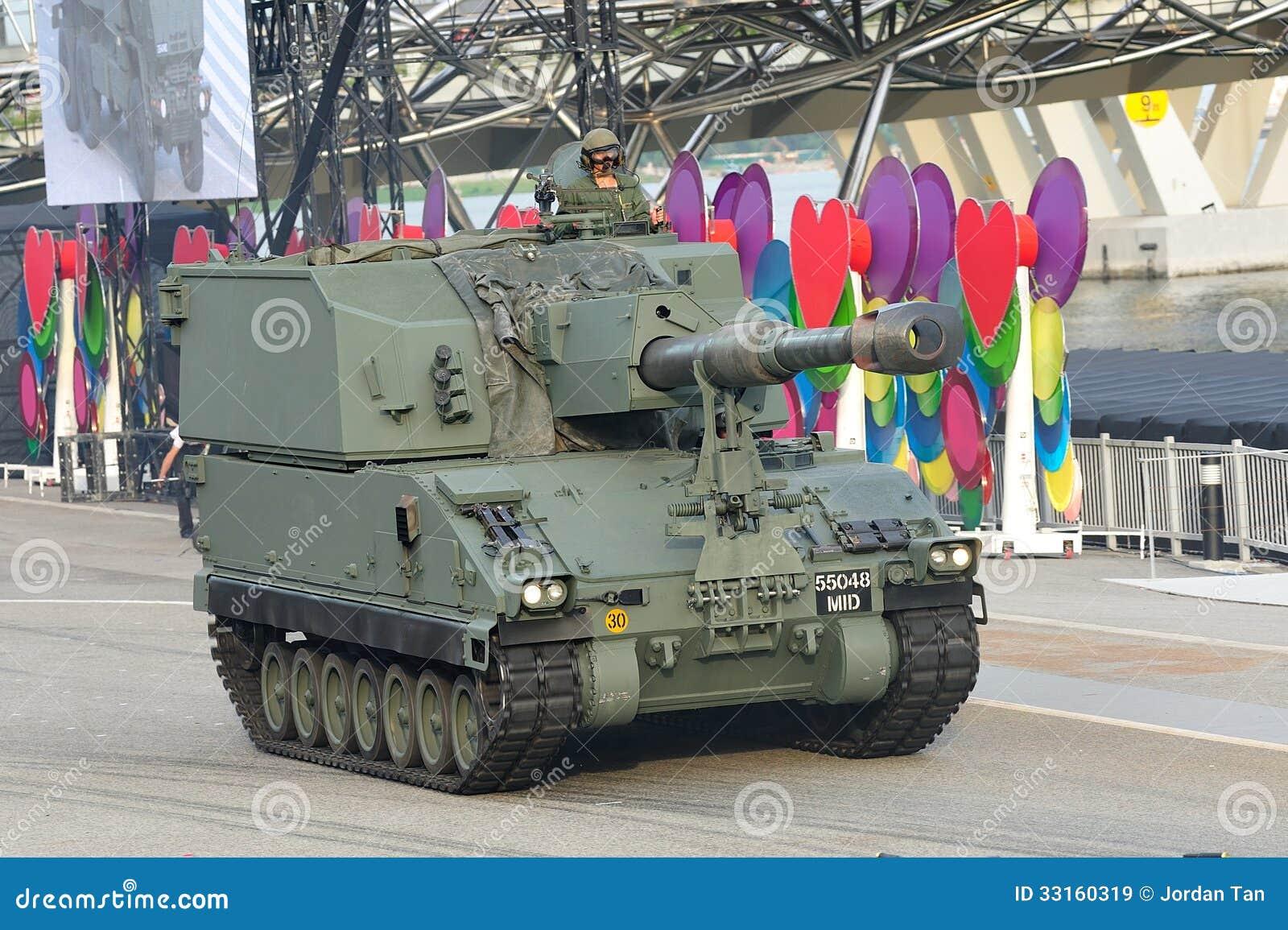 Singapur-bewaffnete Kräfte (SAF) seine Primus-Selbstfahrhaubitze während Wiederholung 2013 zeigend der Nationaltag-Parade-(NDP)