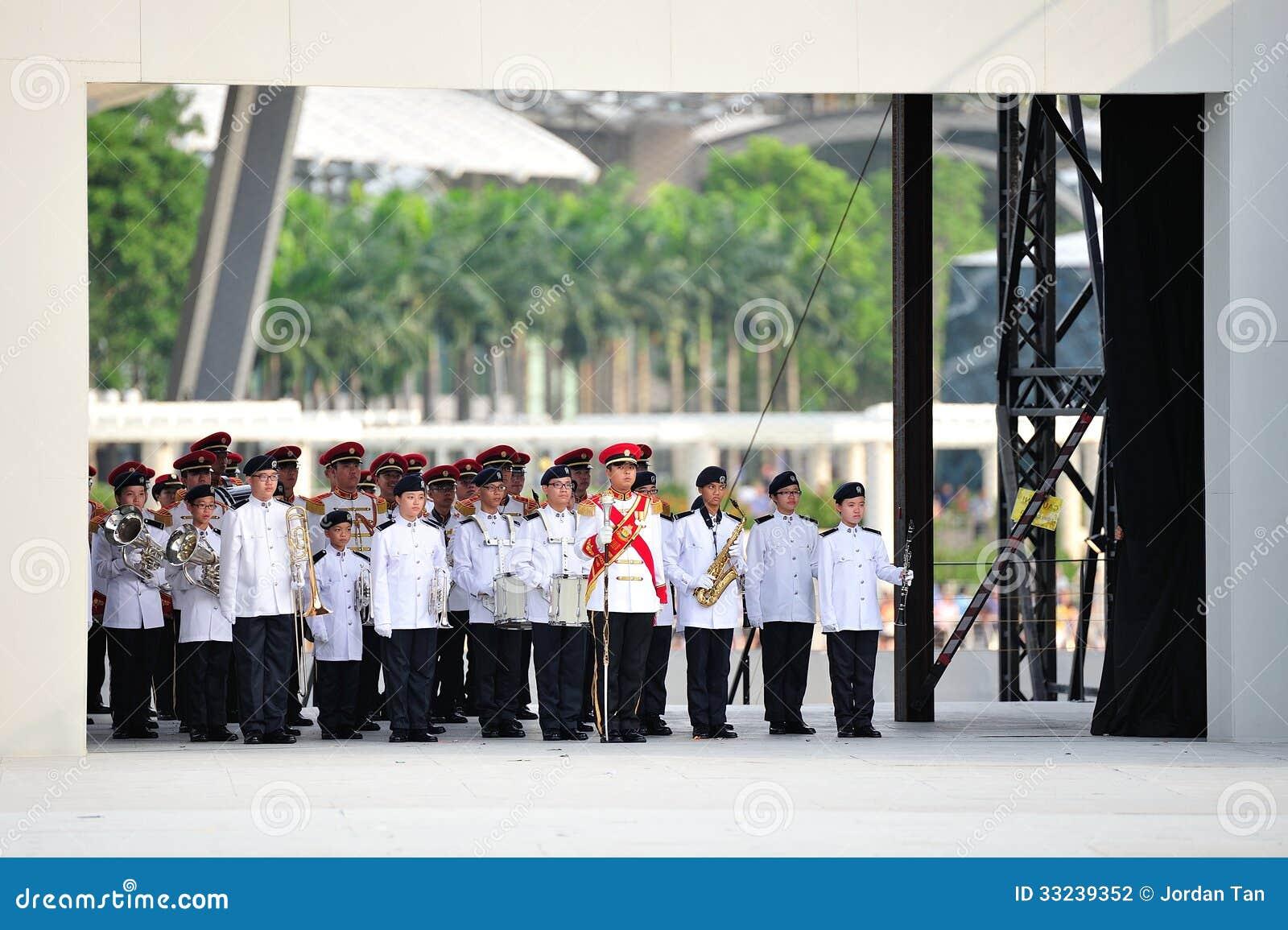 Singapur-bewaffnete Kräfte (SAF) versehen die Ausführung während Wiederholung 2013 der Nationaltag-Parade-(NDP) mit einem Band