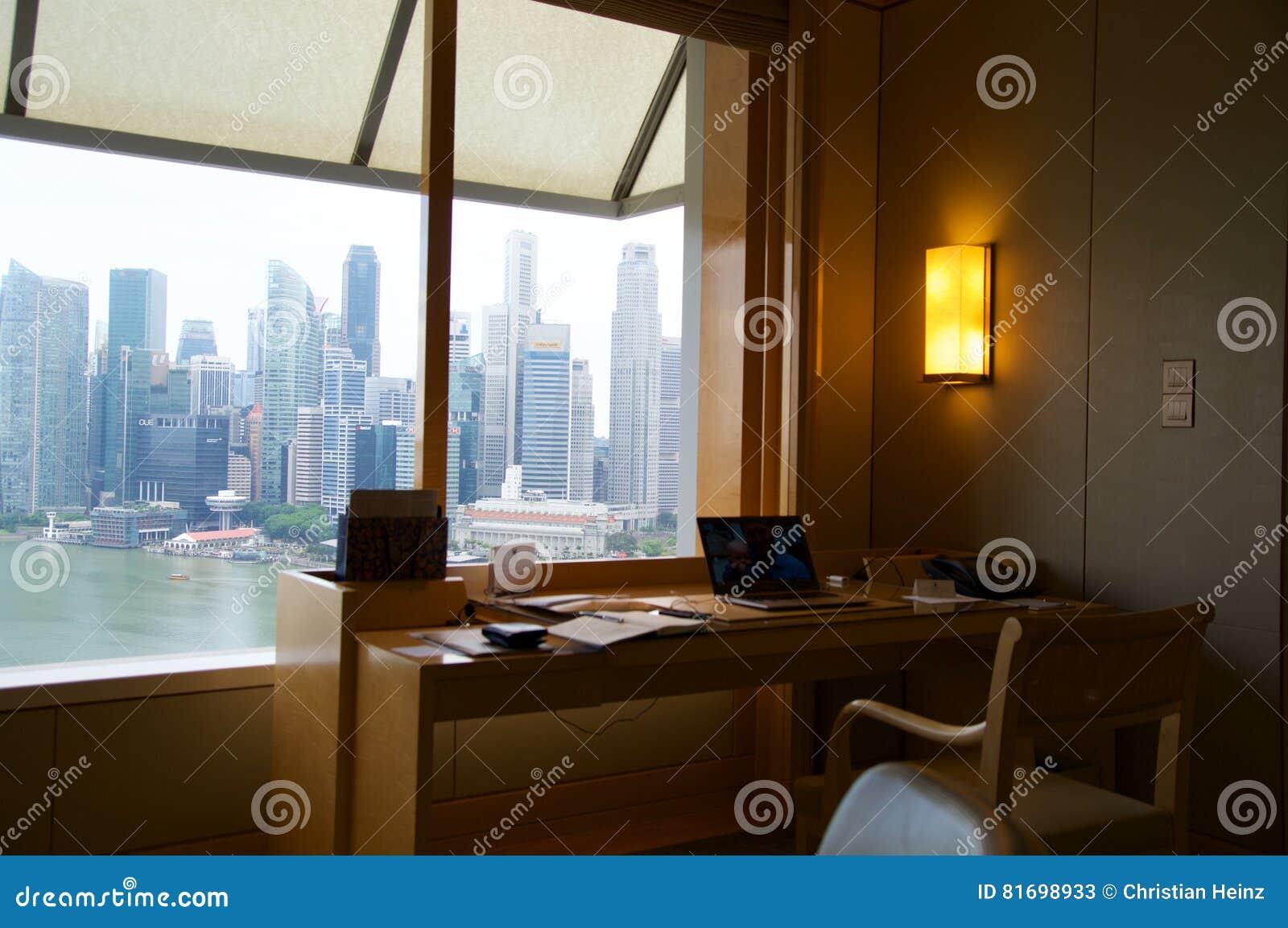 SINGAPUR - 23 de julio de 2016: habitación de lujo con interior moderno y una opinión impresionante Marina Bay, escritorio de tra