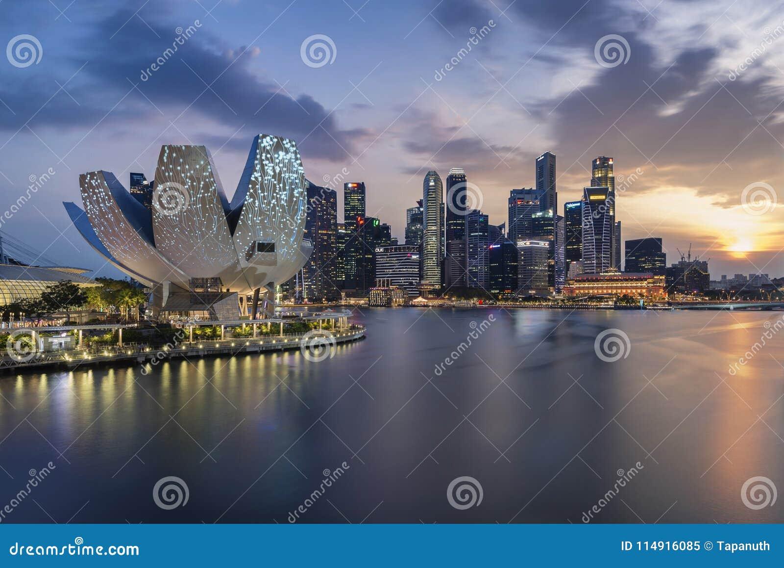 Singapur, Singapur - 17. März 2018: Skyline von Singapur mit Sonnenuntergang und Stadt beleuchten