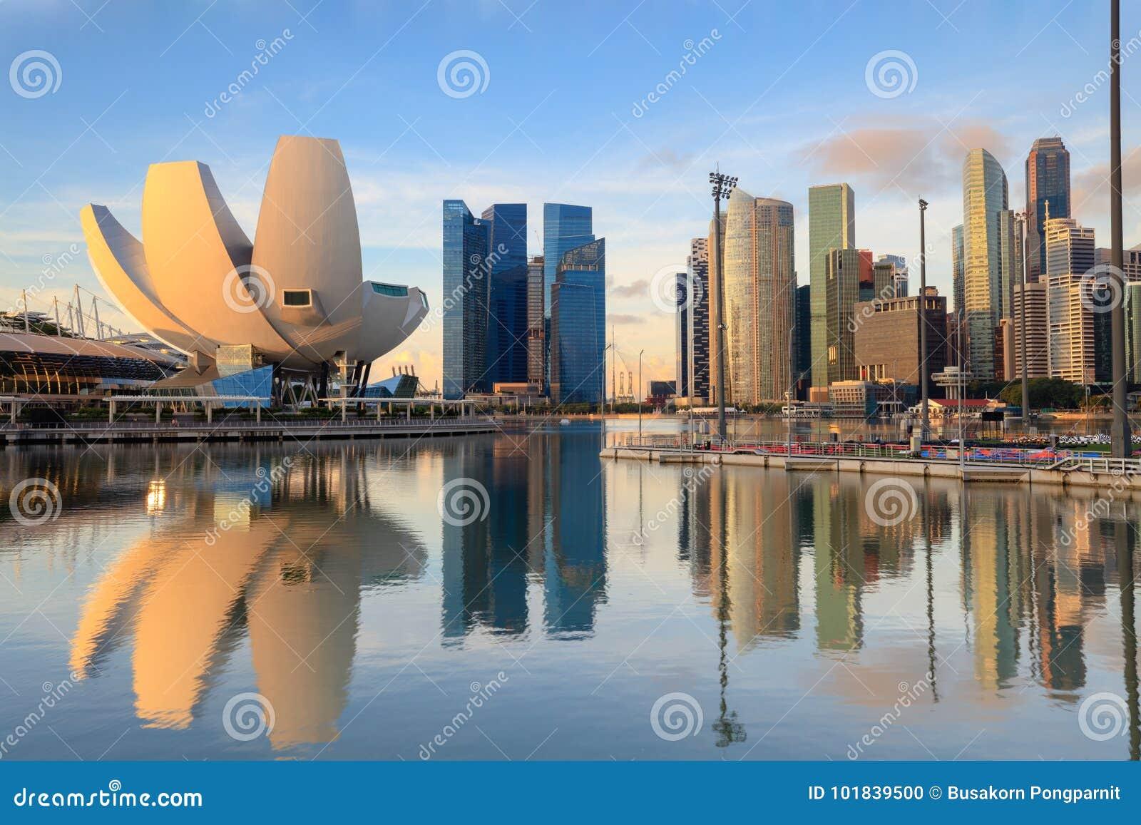 Singapur-Skyline am Jachthafen während der Dämmerung, Ansicht von Marina Bay