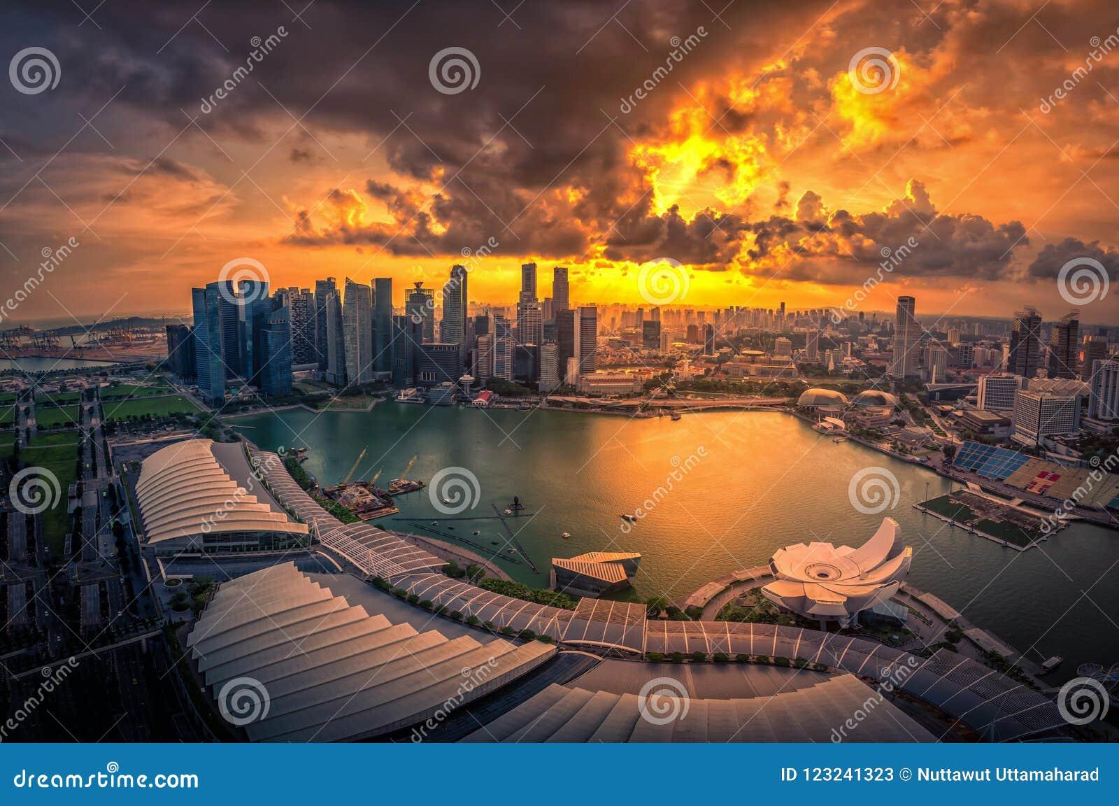 Singapur-Skyline und Ansicht von Wolkenkratzern auf Marina Bay am sunse