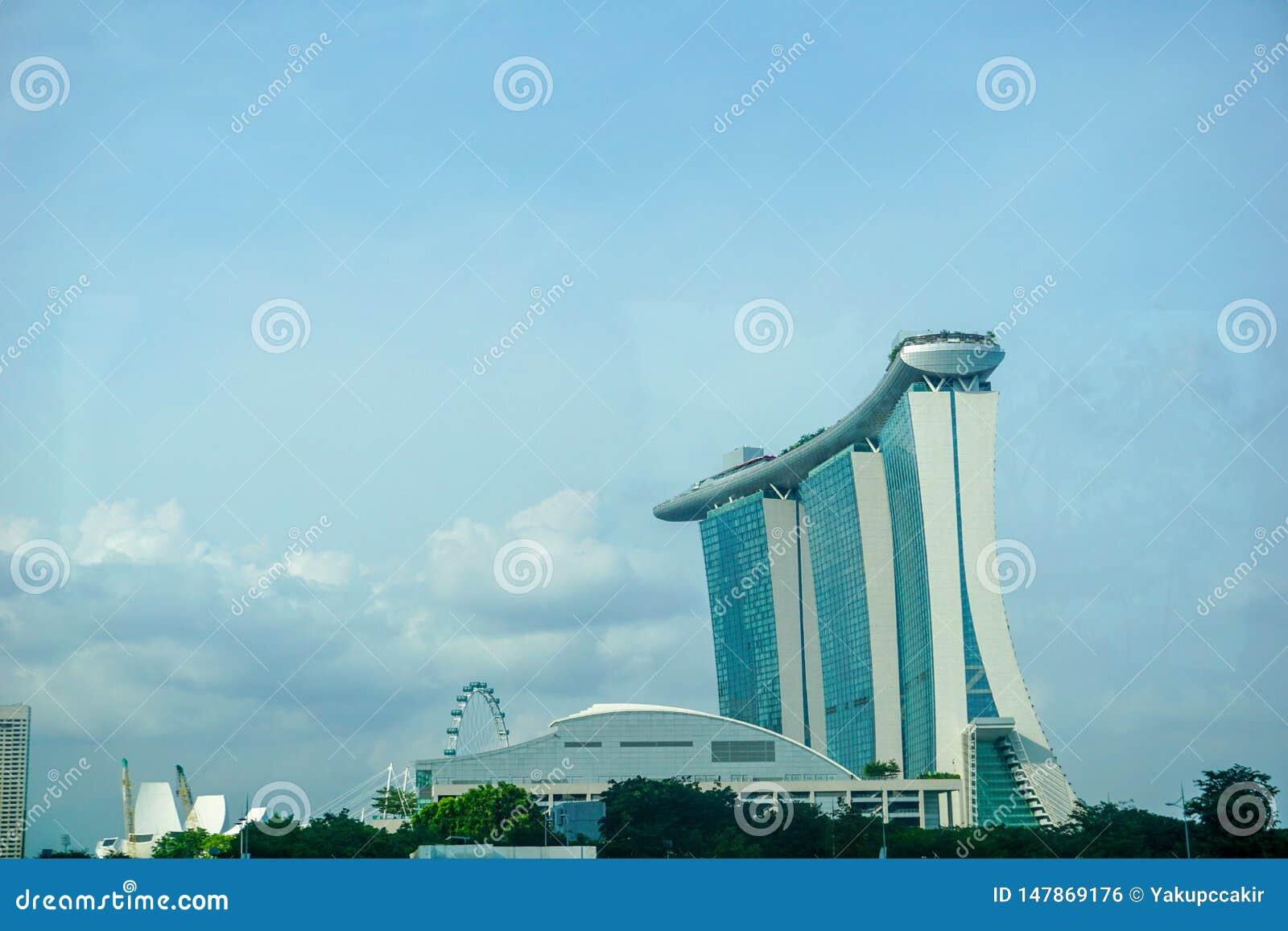 Singapur-Stadtbild am D?mmerungs- und Gesch?ftsgeb?ude um Jachthafenbucht