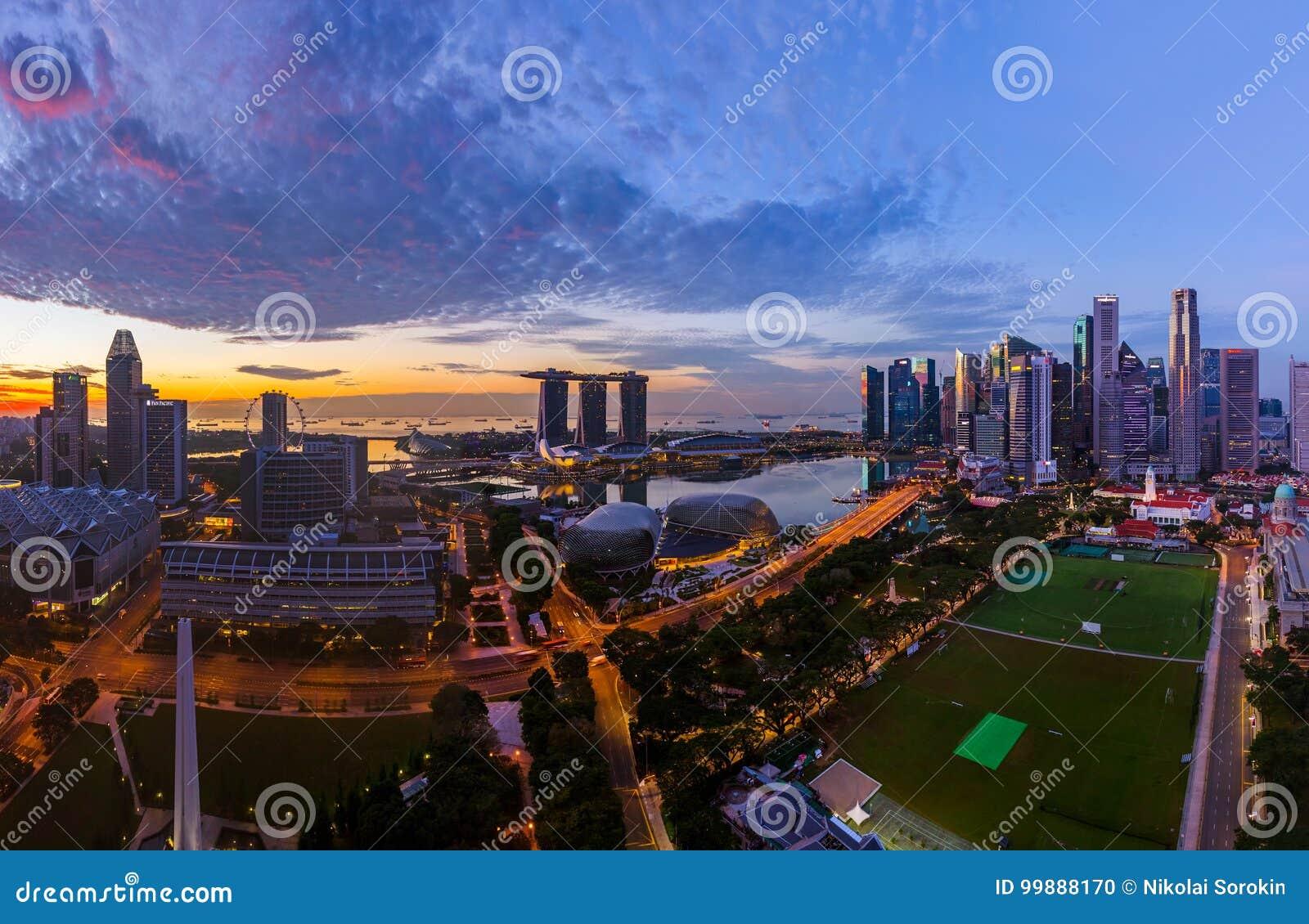 SINGAPURA - 16 DE ABRIL: Skyline e Marina Bay da cidade de Singapura em A