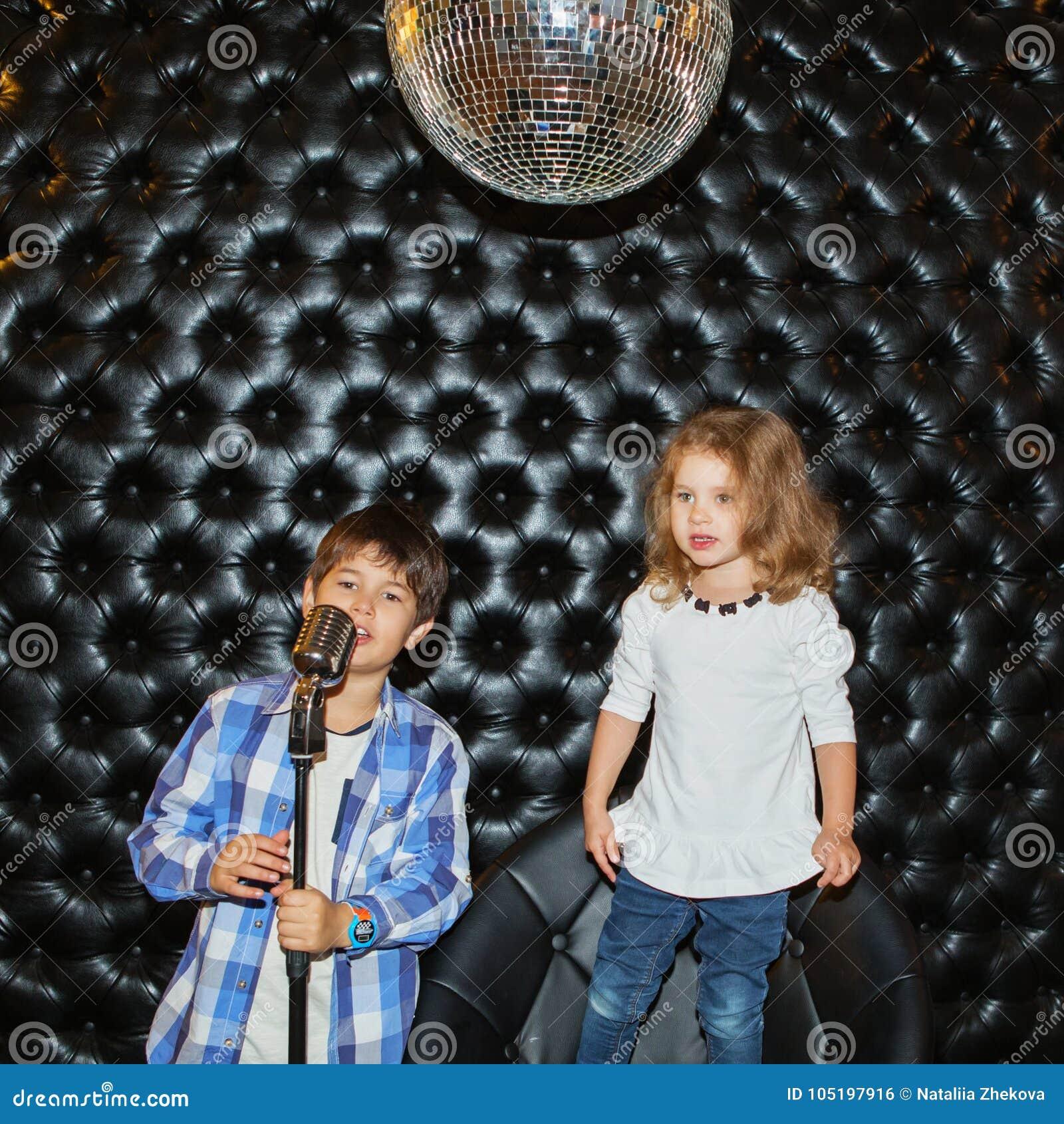 singende kleine kinder mit einem mikrofon auf einem gestell stockfoto bild von kinder fashion. Black Bedroom Furniture Sets. Home Design Ideas