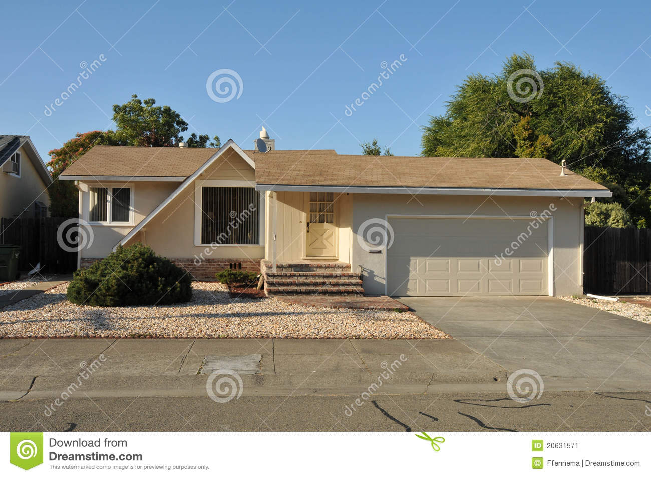 Single Family House One Story With Driveway Stock Image Image 20631571