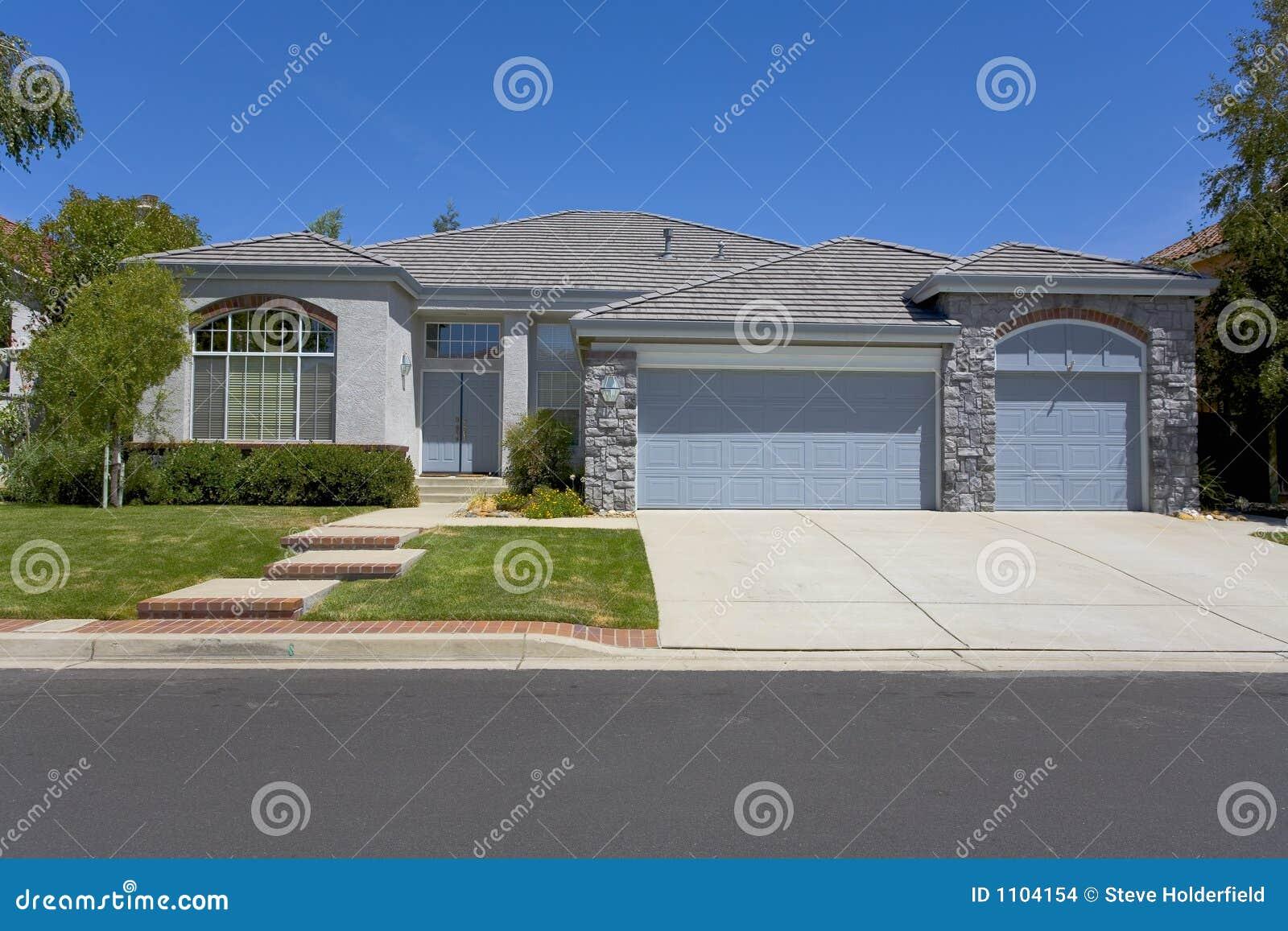Single story grey home with masonry stock photo image of concrete contemporary 1104154 - Alzare casa di un piano costi ...