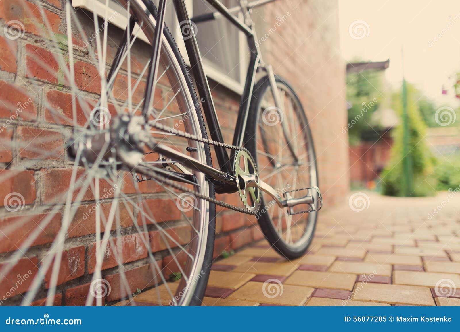 Singlespeed cykel för gammal stil mot tegelstenväggen