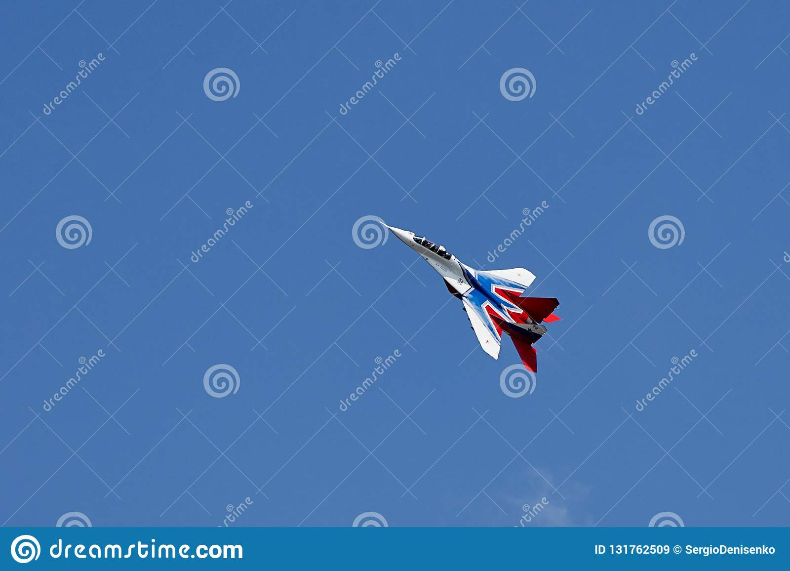 Singole acrobazie aeree degli aerei MiG-29 sul chiaro cielo blu di Gelendzhik