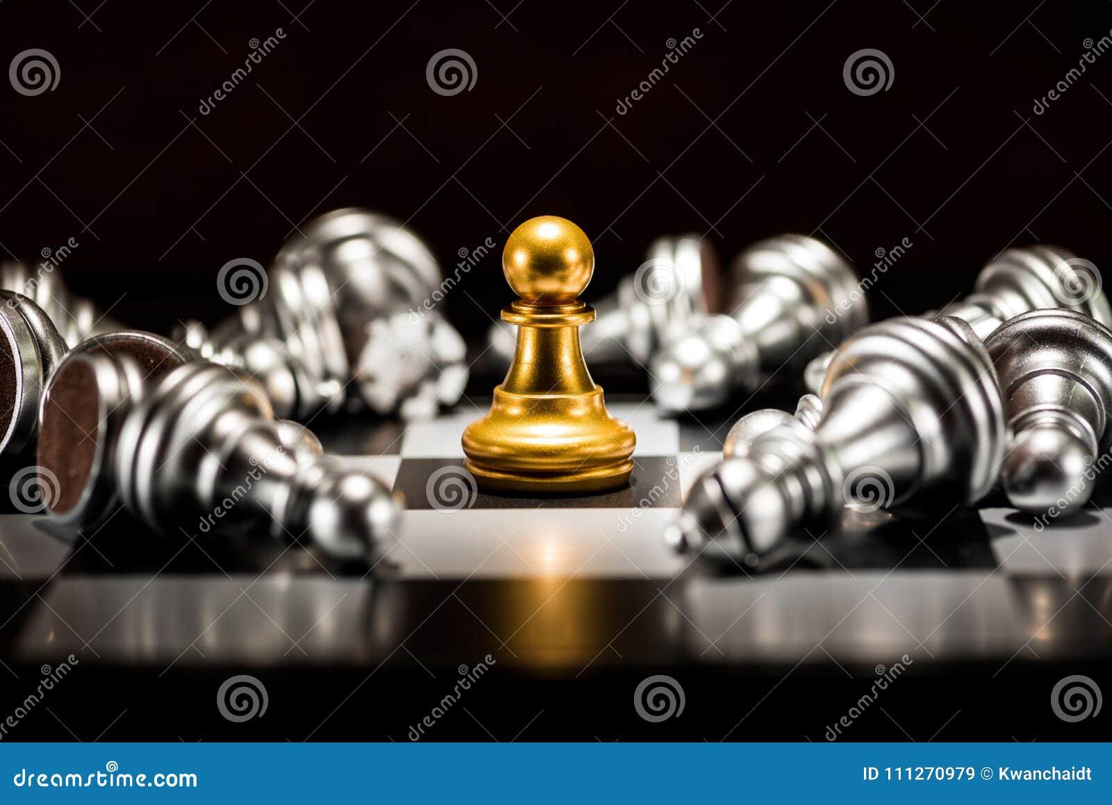 Singoli scacchi del pegno dell oro circondati da una serie di argento caduto c