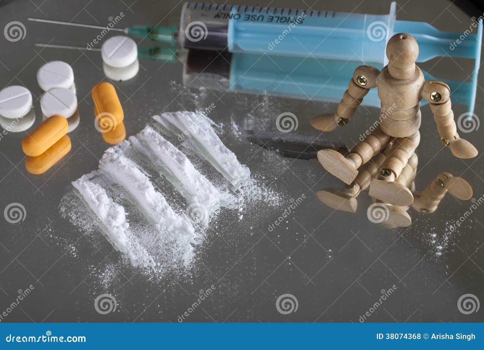 Singoli siringa pillole lama e dipinto di cocaina sullo specchio con la figura umana di legno - La mano sullo specchio ...
