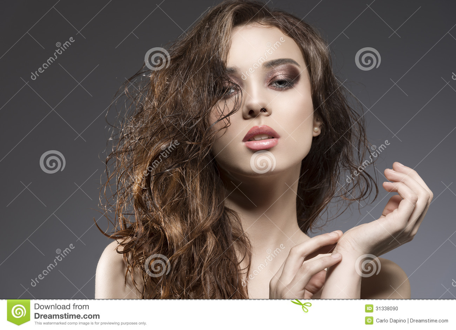 Sinnliche Frau Mit Dem Nassen Haar Stockfoto - Bild von mädchen ...