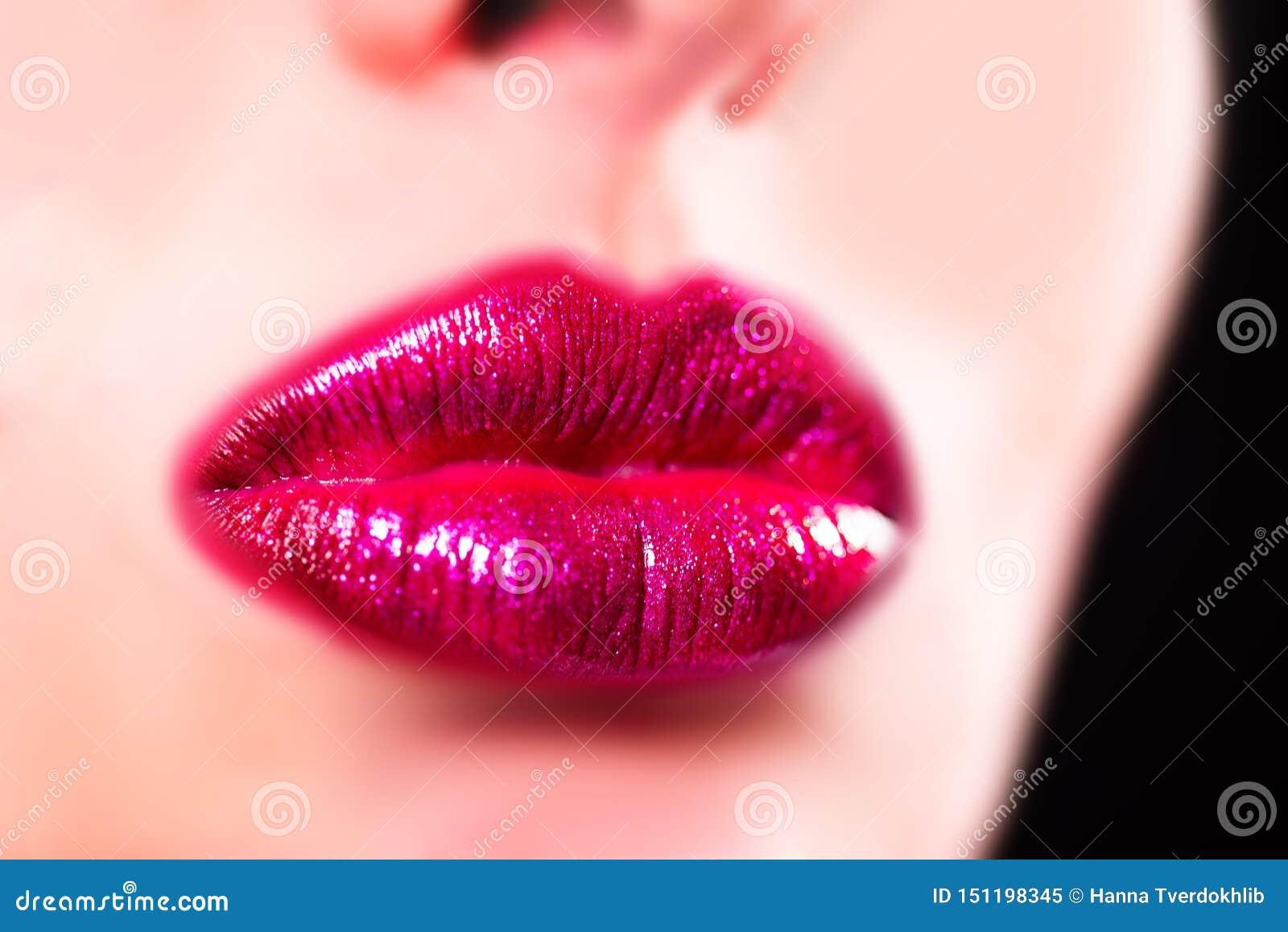 Sinnliche Lippen der Sch?nheit, sch?ne Lippe Sexy sinnliche Lippe Große Lippen der Nahaufnahme, heller Lippenstift Funkeln, Lippe