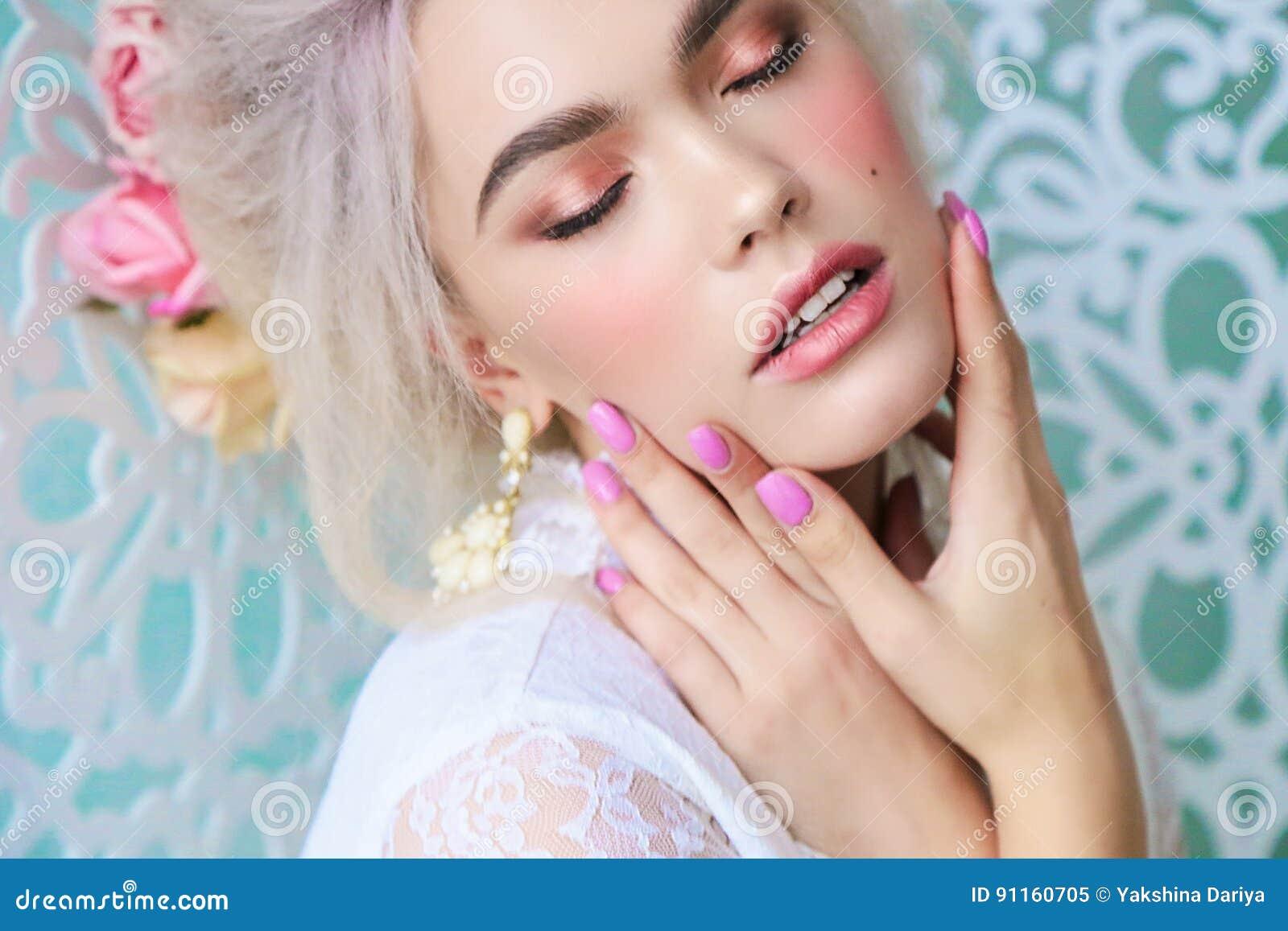 Sinnliches Mädchen mit dem blonden Haar in der Wäsche und im Zubehör