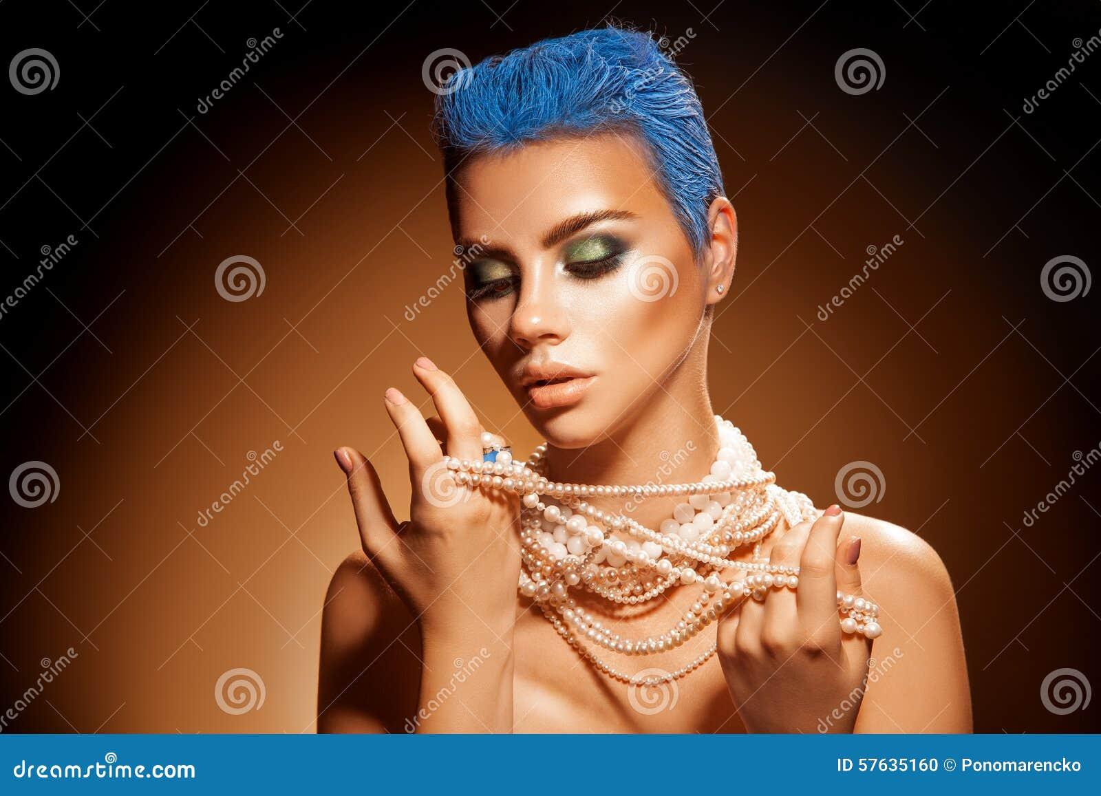 Sinnliches Porträt Der Jungen Frau Mit Perlen Schließen