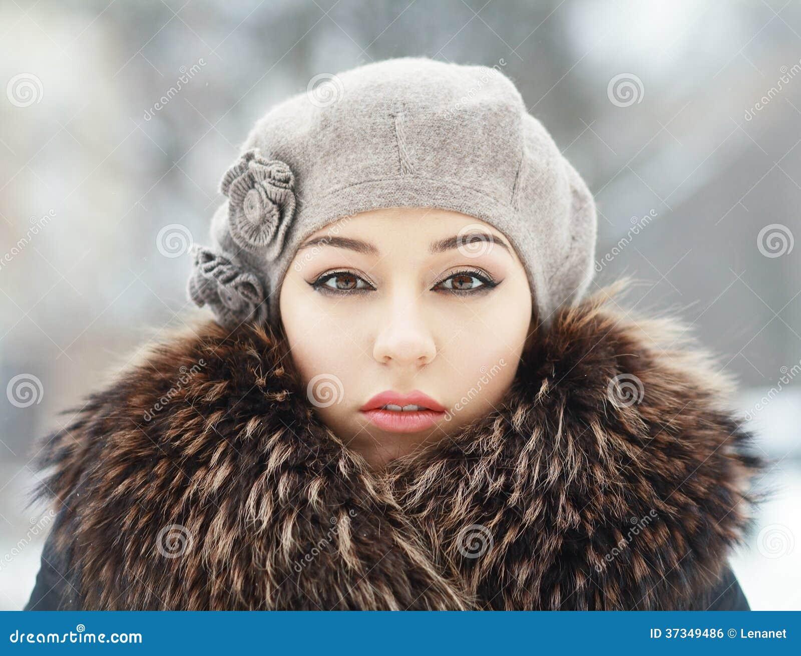Sinnlig brunett i kall vinter