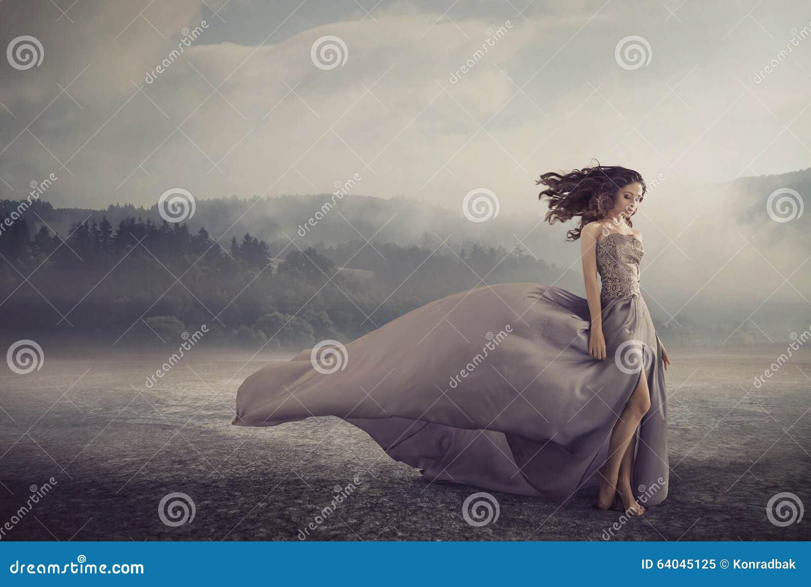 Sinnlig kvinna som går på fantasijordningen