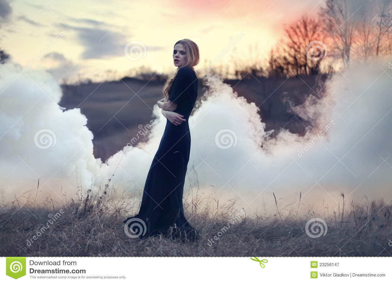 Sinnlig rök för härlig flickanatur