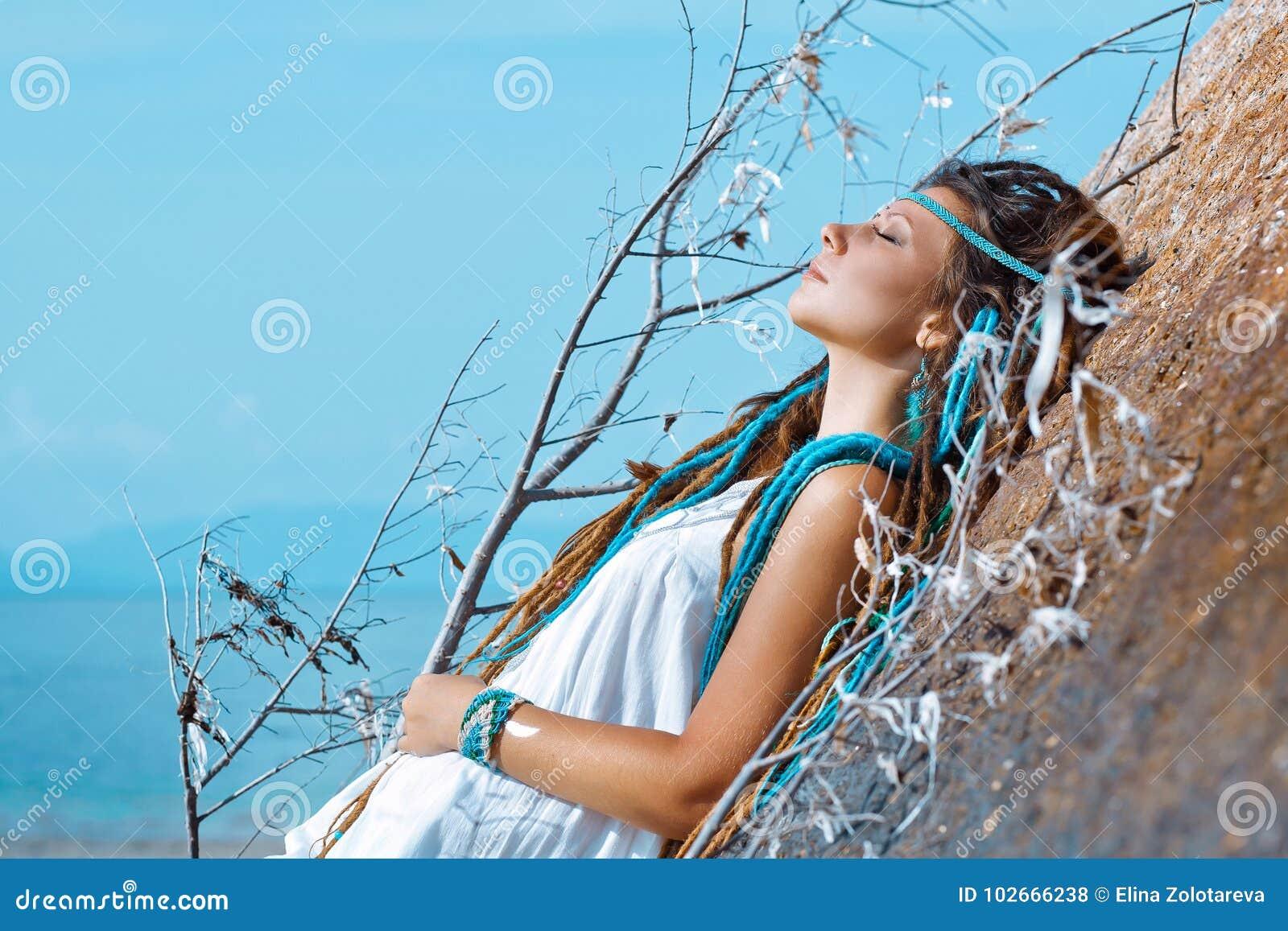 Sinnlig stående av den unga caucasian kvinnan med stängda ögon