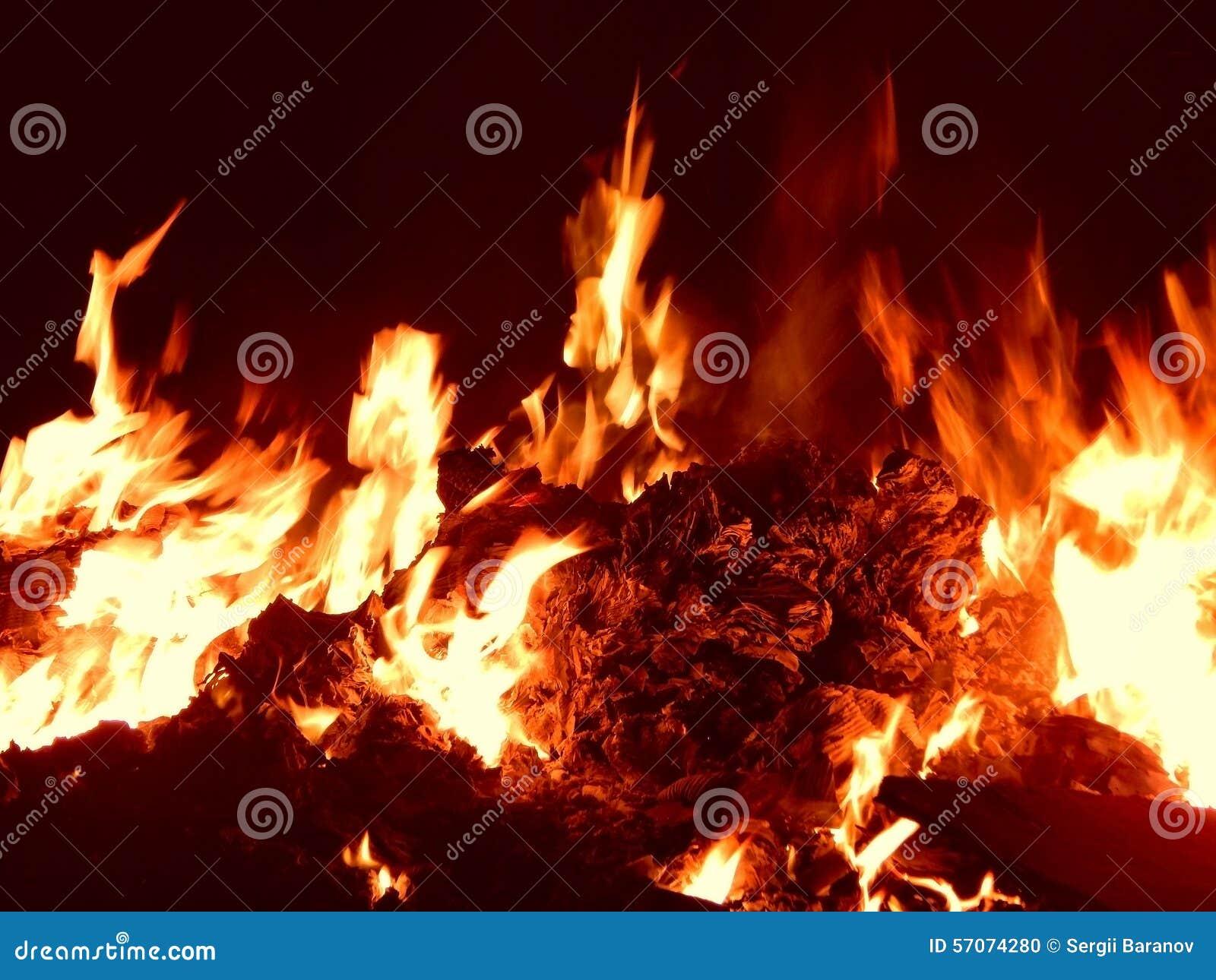 Sintels die in brand bij nachtclose-up branden