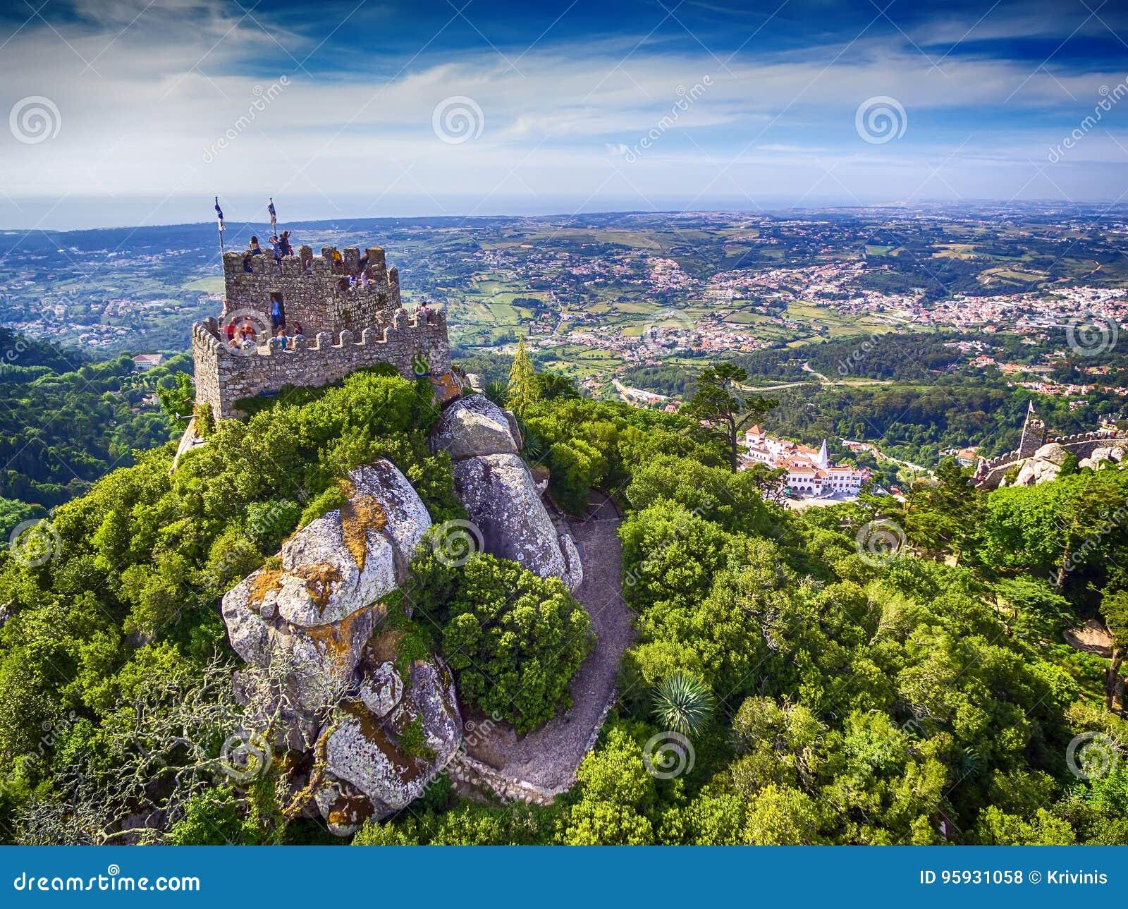 Sintra Portugal: flyg- bästa sikt av slotten av hederna, Castelo DOS Mouros som lokaliseras bredvid Lissabon