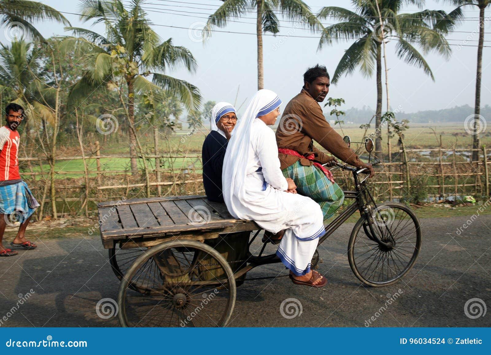 Siostry misjonarzi dobroczynność Macierzysty Teresa riksza odwiedzają pacjentów w Sundarbans, Zachodni Bengalia,