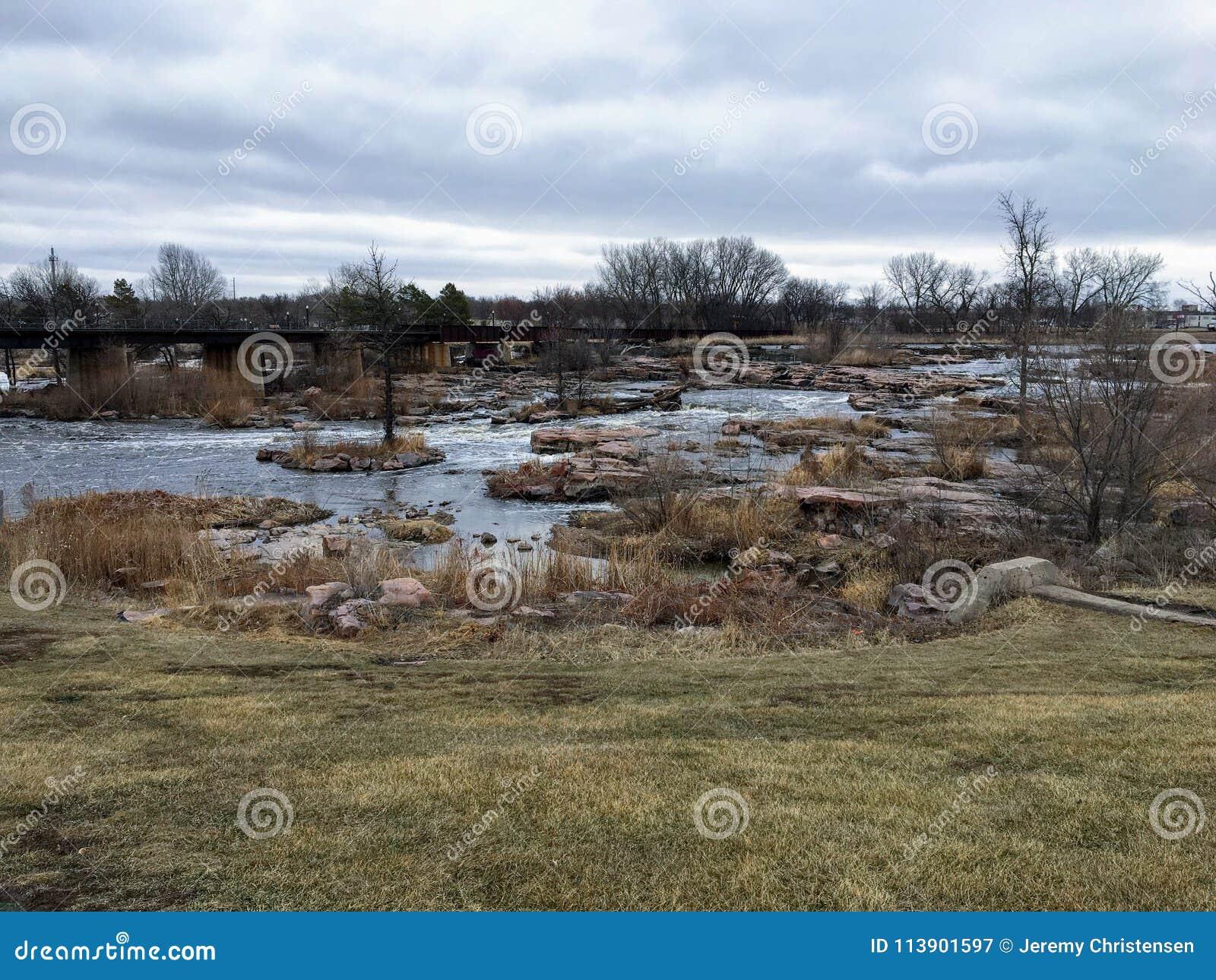 Sioux River grande fluye sobre rocas en Sioux Falls South Dakota con las opiniones la fauna, ruinas, trayectorias del parque, pue
