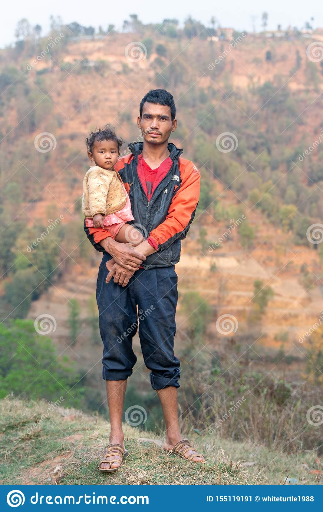 Sipaghat/Nepal-28 07 2019: El padre y el hijo en pequeño pueblo