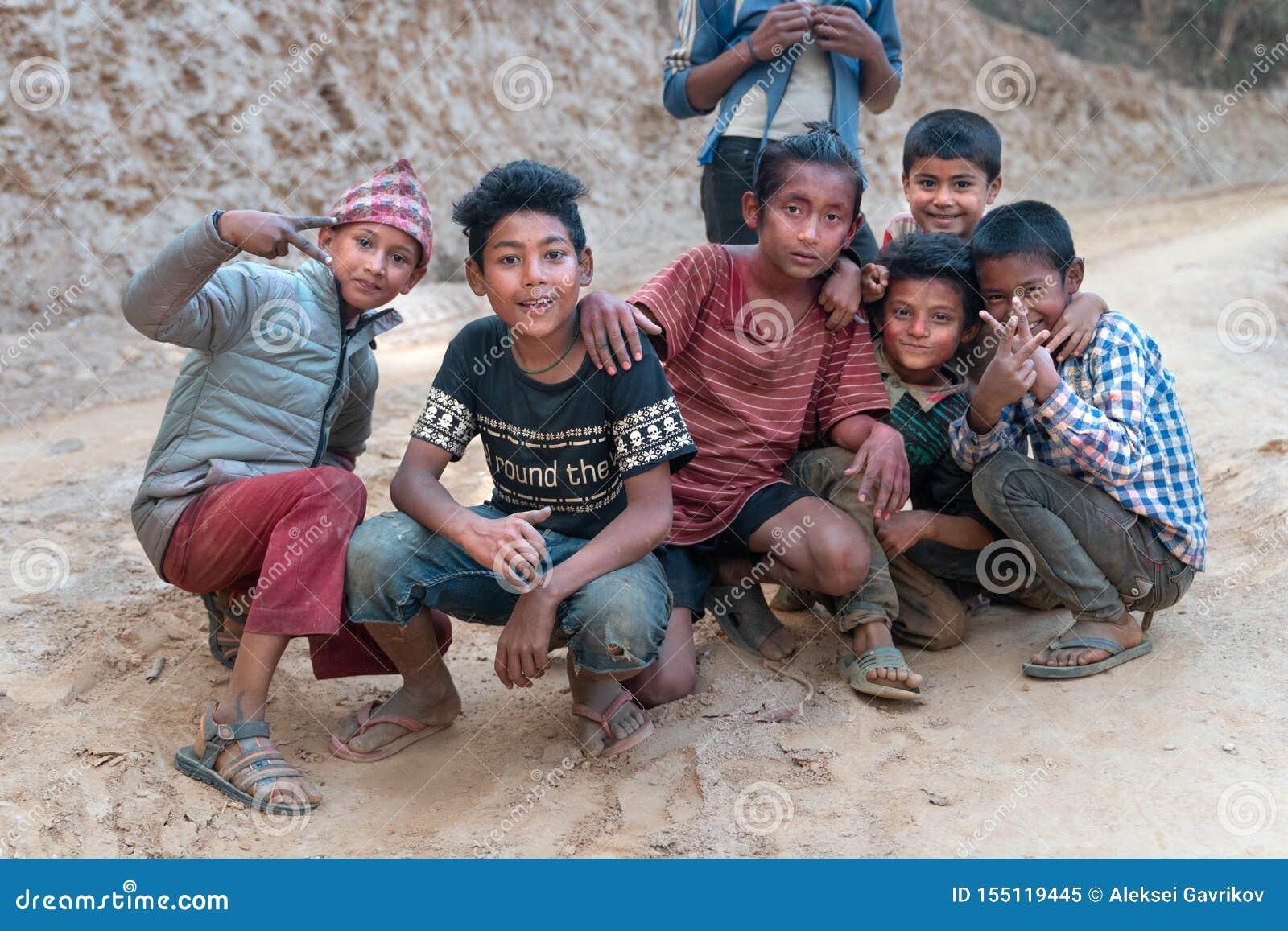 Sipaghat/Nepal-28 07 2019: Pequeños niños del pueblo remoto