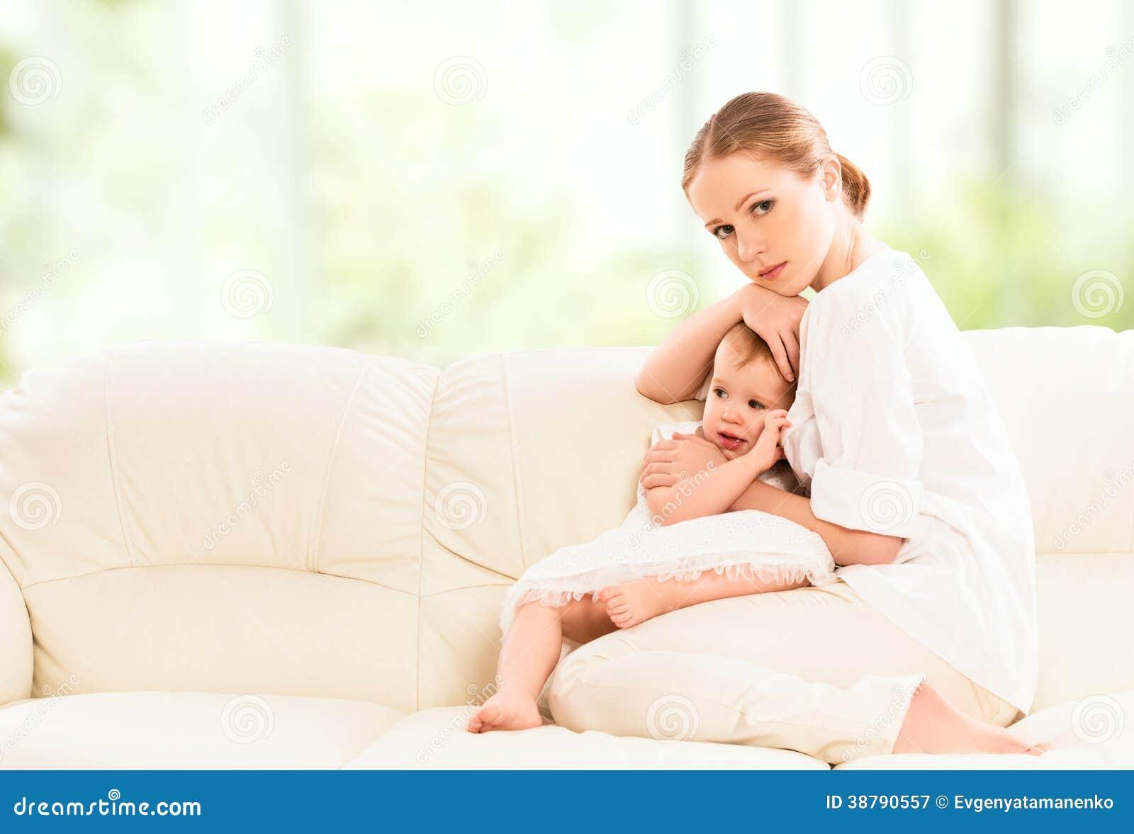 Sira de mãe ao aperto e proteja sua filha do bebê