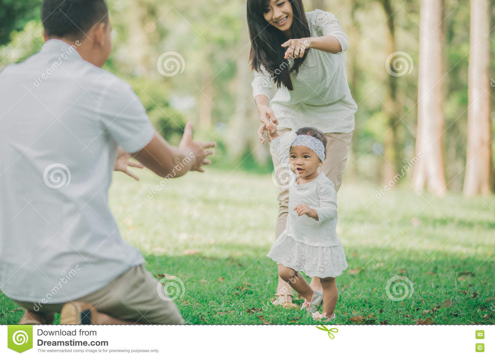 Sira de mãe ao bebê de ensino para andar no parque