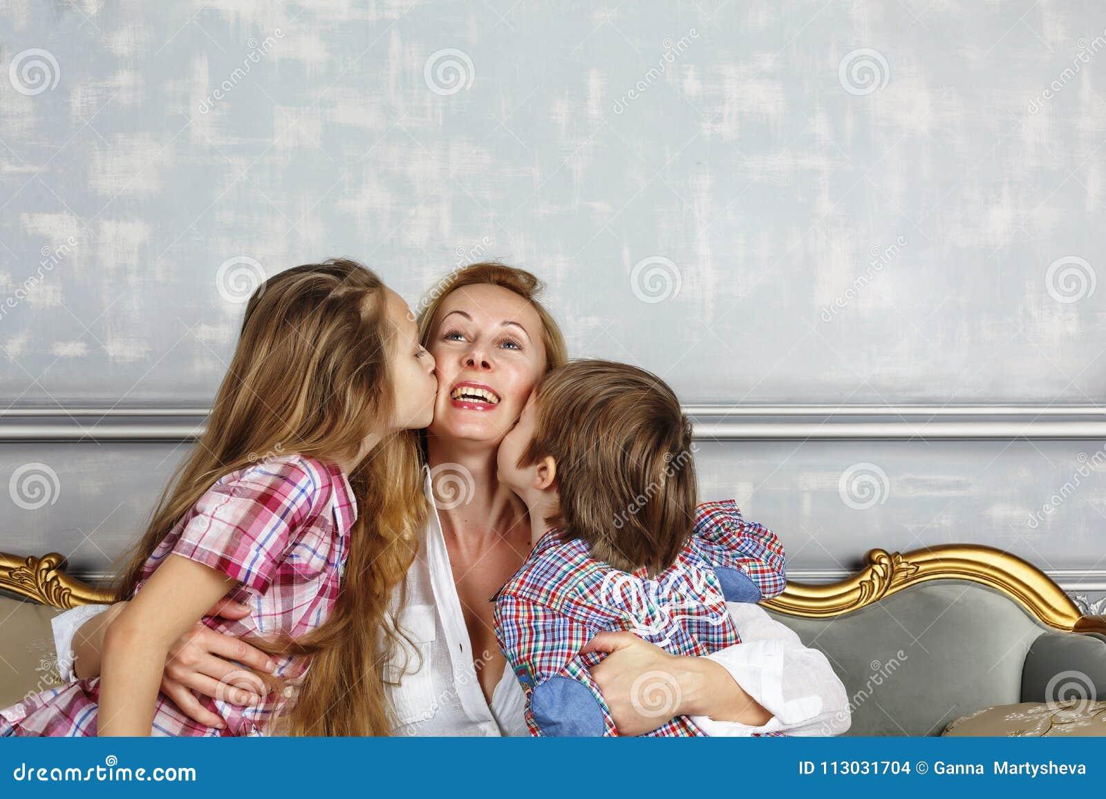 Sira de mãe ao dia do ` s, crianças pequenas, mamã, mãe, família feliz, c bonito