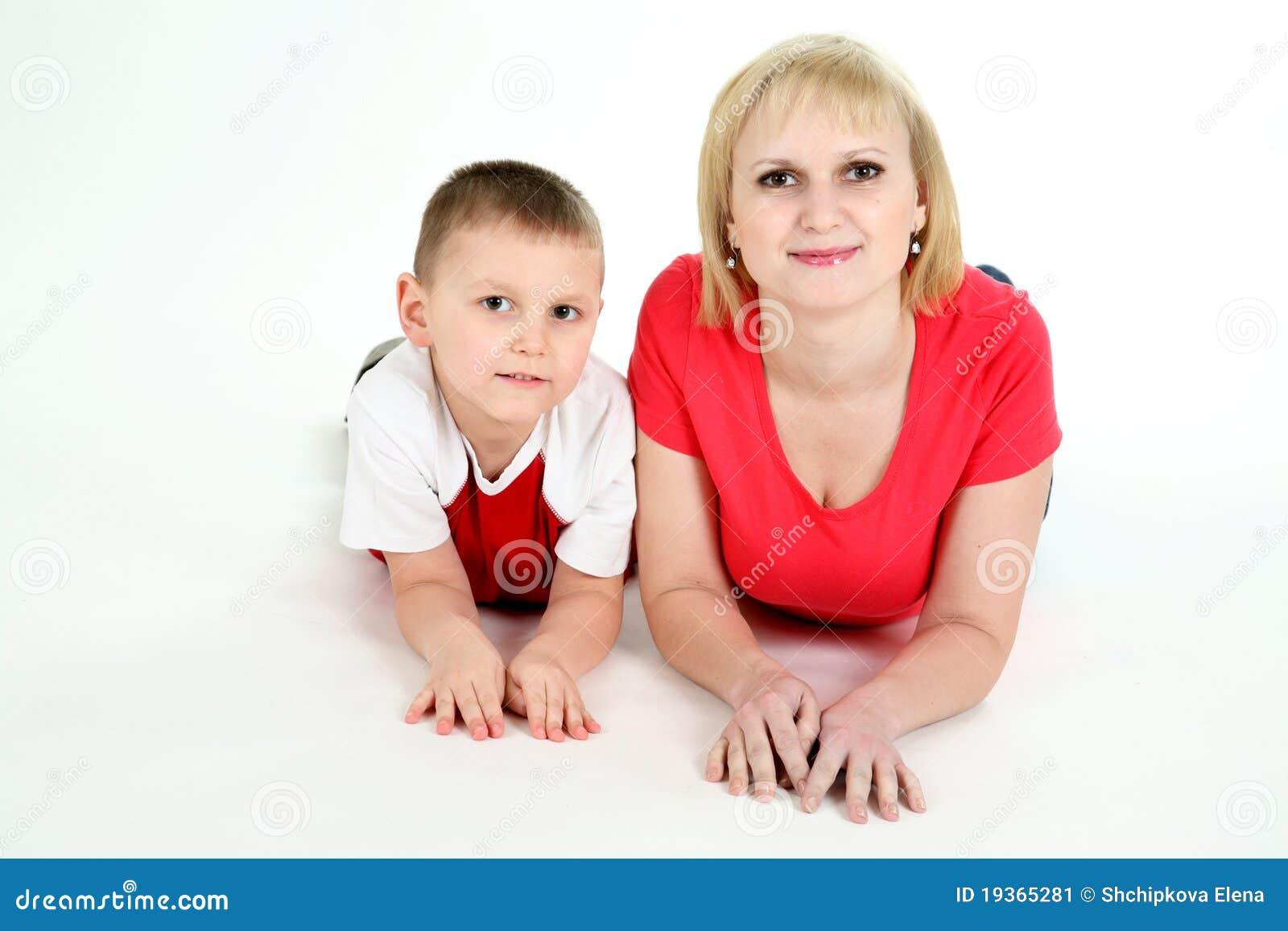 Sira de mãe e a mentira do filho em um assoalho.