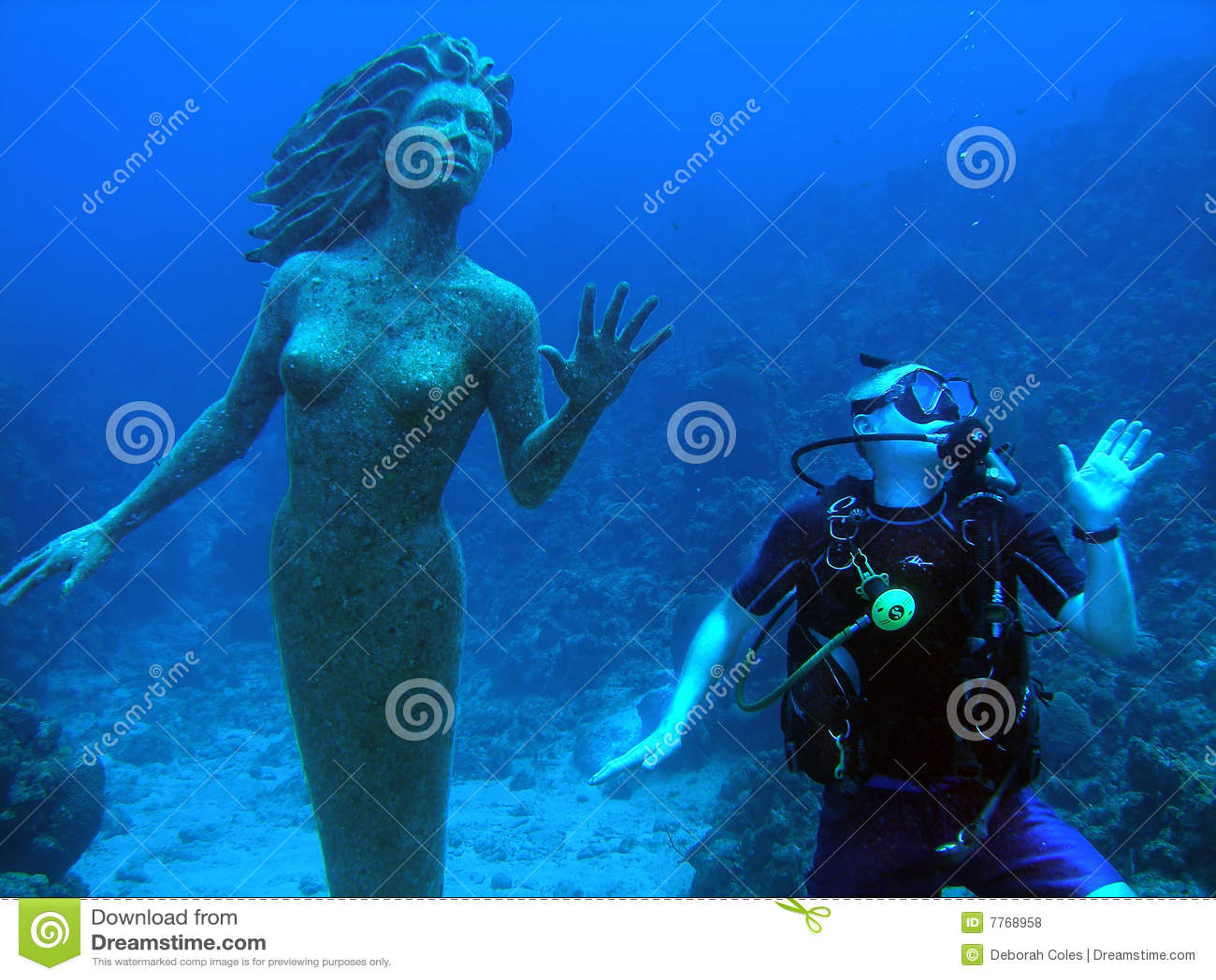Sirena ed operatore subacqueo
