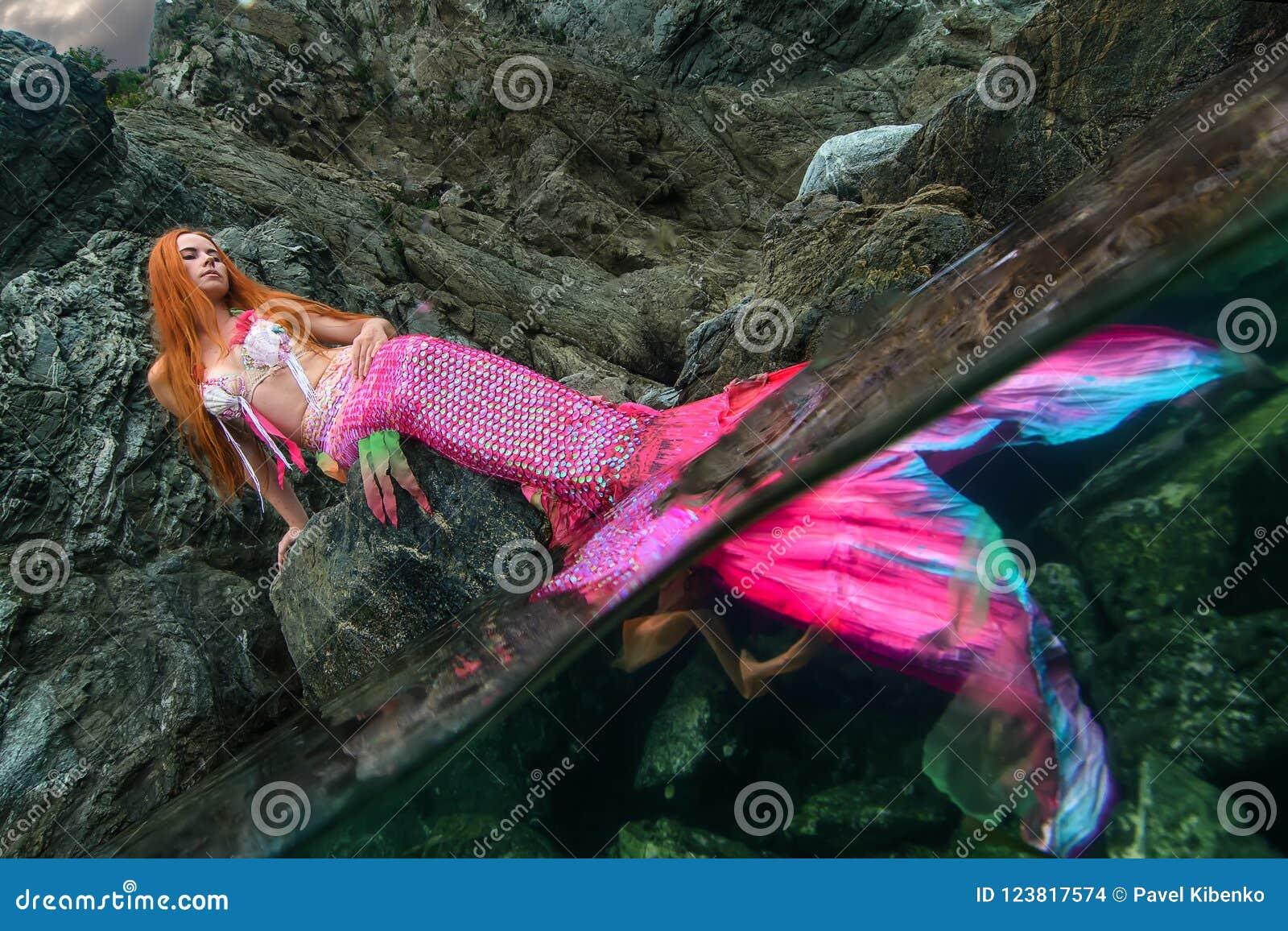 Sirena hermosa en orilla de mar