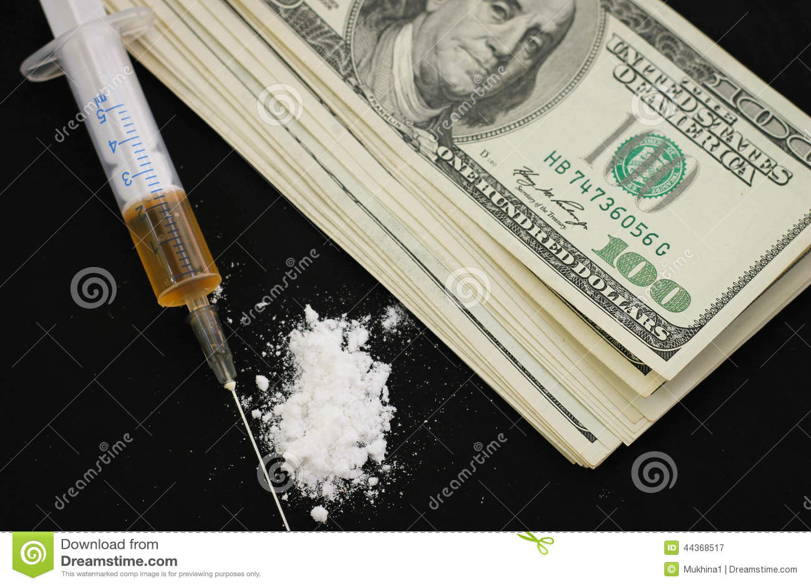 Siringa, cocaina e dollari su un fondo nero