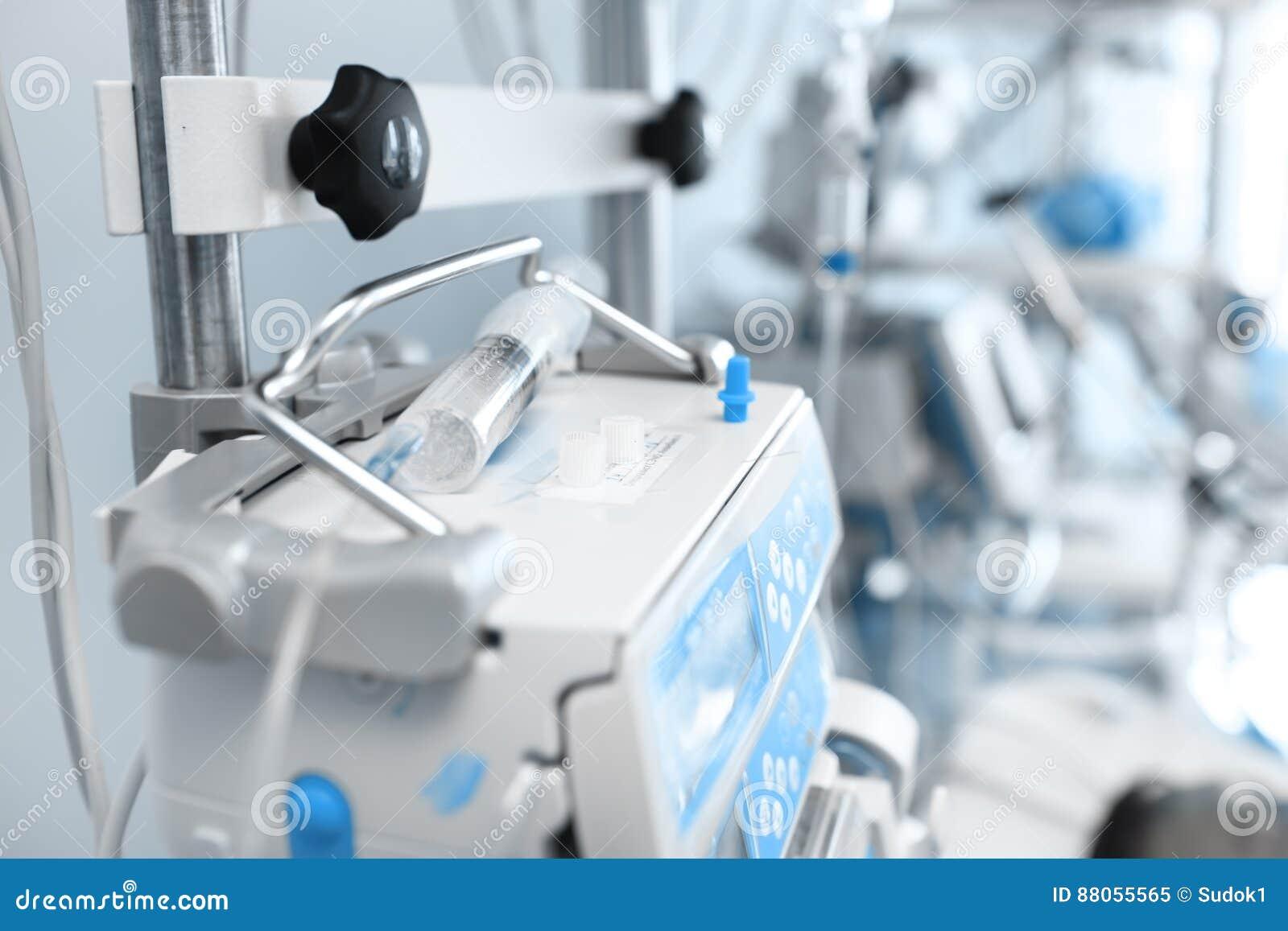 Siringa sull attrezzatura medica in ICU