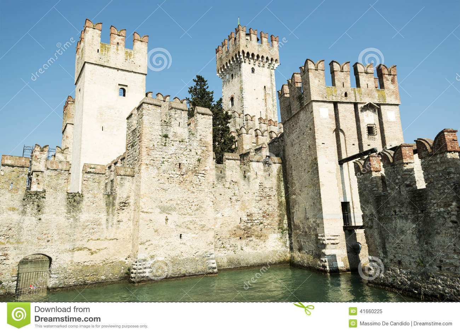 Sirmione, старый замок на озере Garda