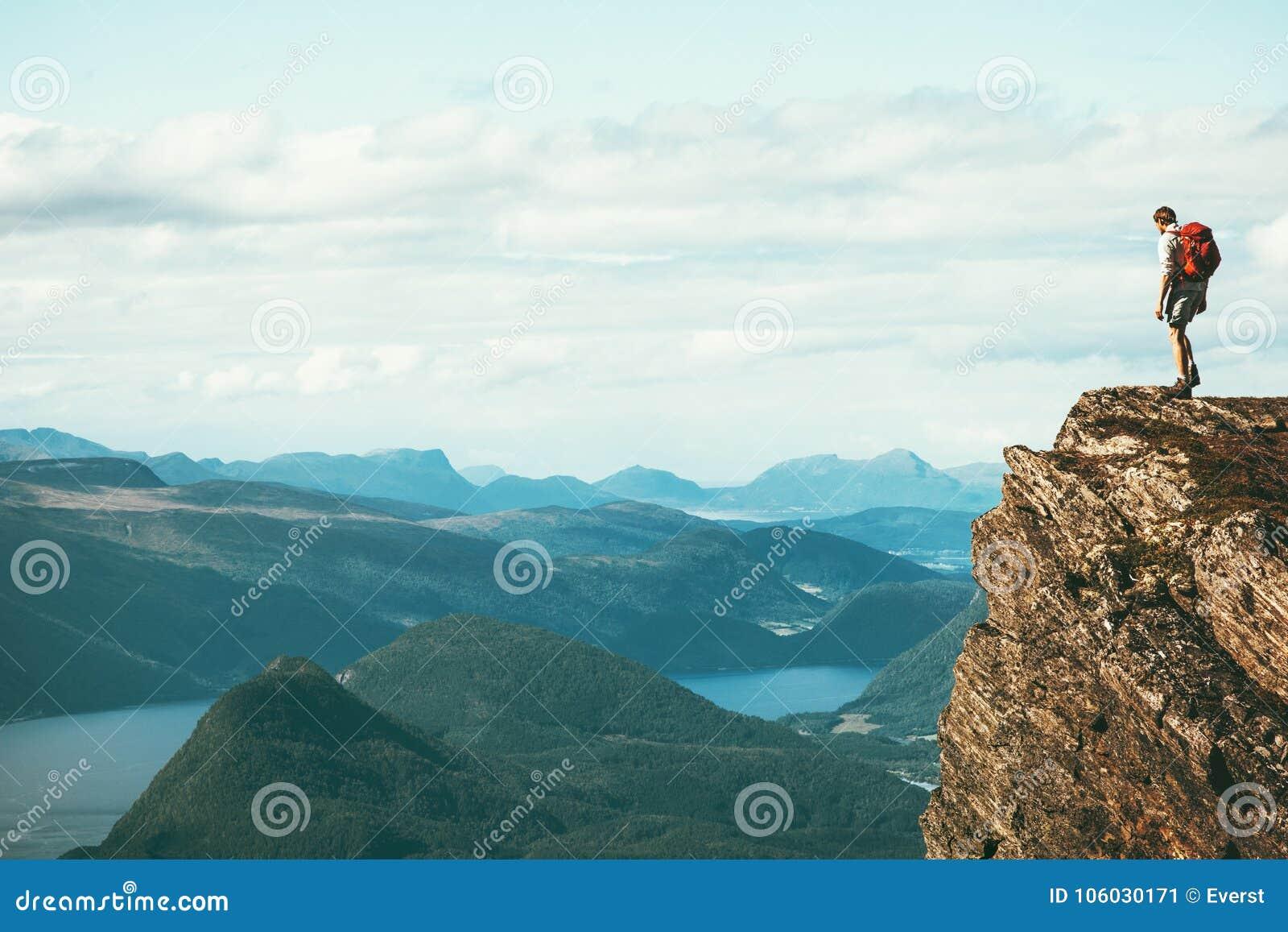 Sirva al explorador que se coloca en cumbre sola de la montaña del acantilado