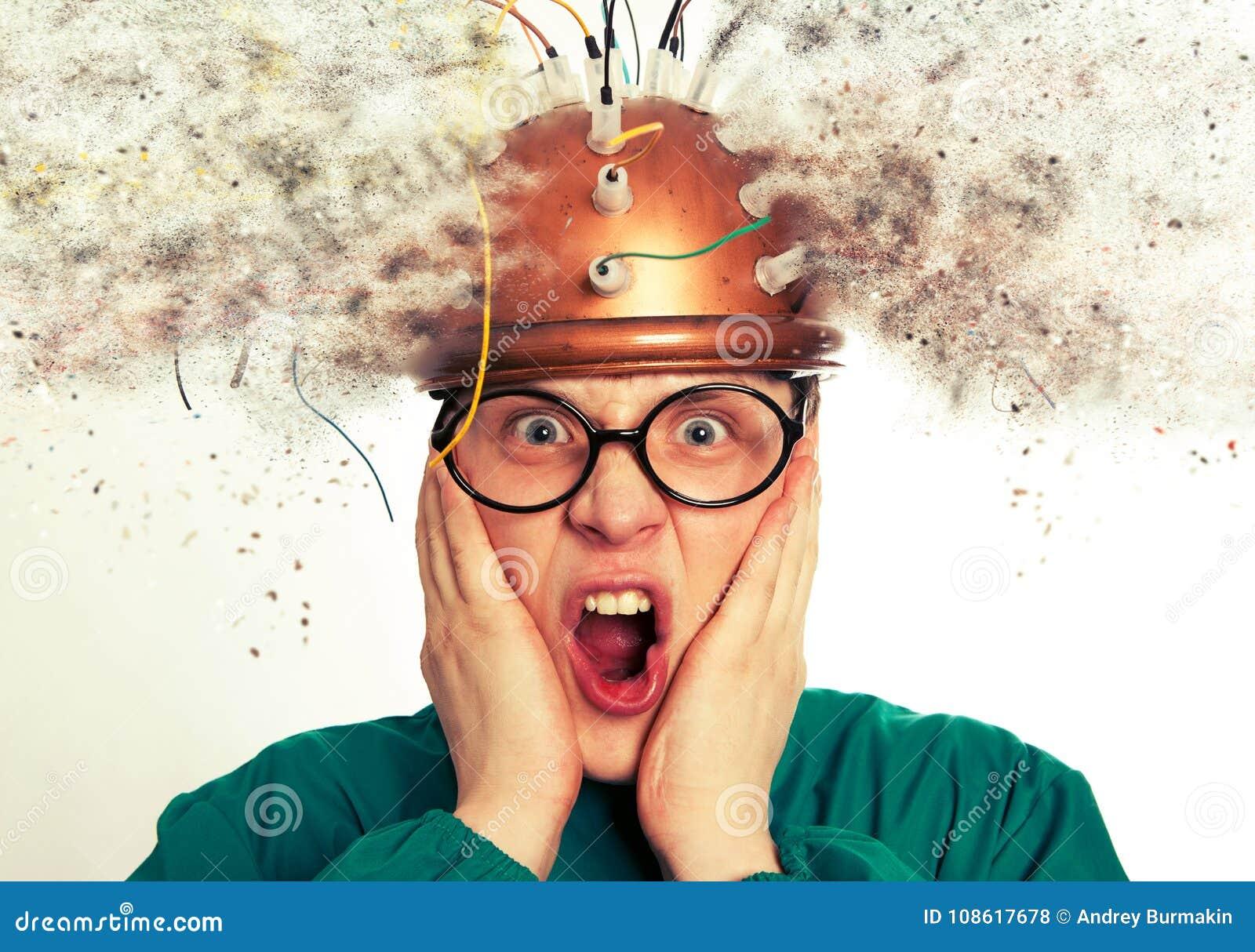 Sirva al inventor loco que lleva una investigación del cerebro del casco