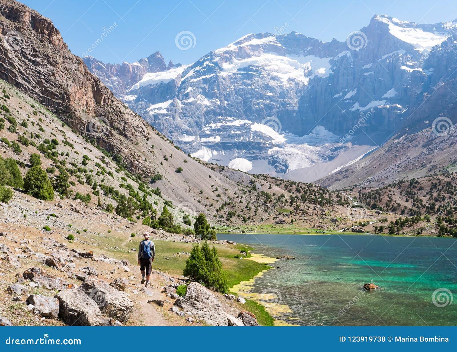 Sirva caminar alrededor de los lagos Kulikalon en las montañas de Fann, Tajikis