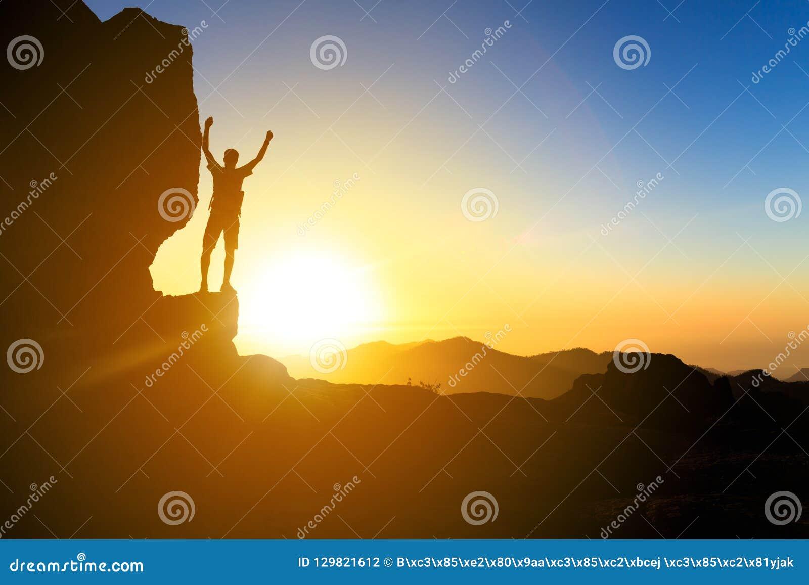 Sirva caminar la silueta en montañas, el océano y la puesta del sol